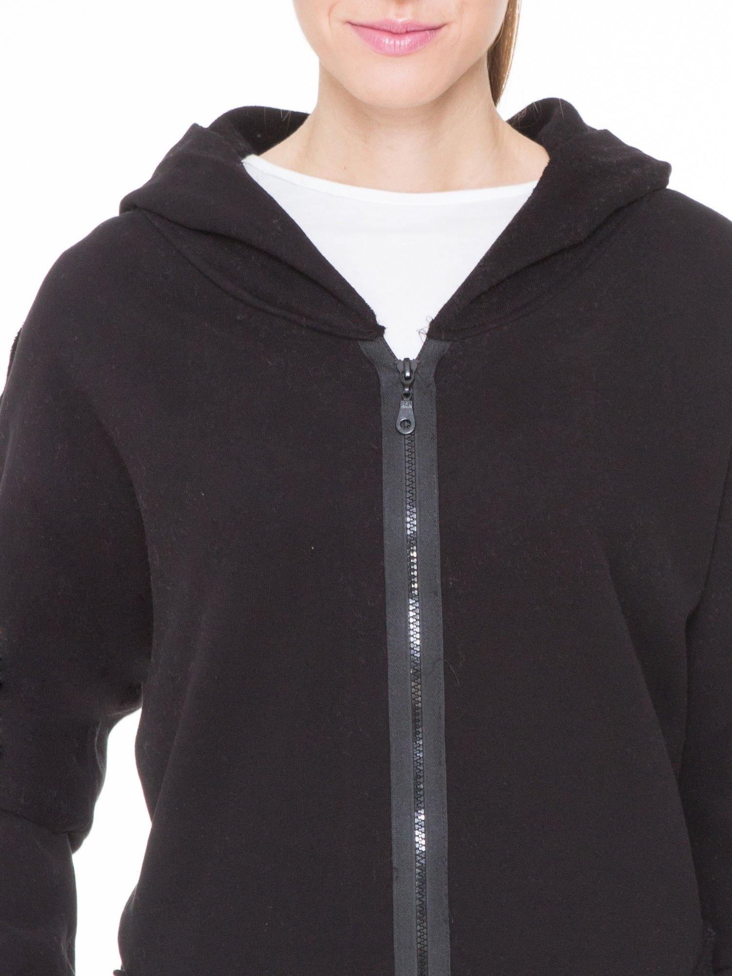 Czarna bluza z kapturem z surowym wykończeniem                                  zdj.                                  5