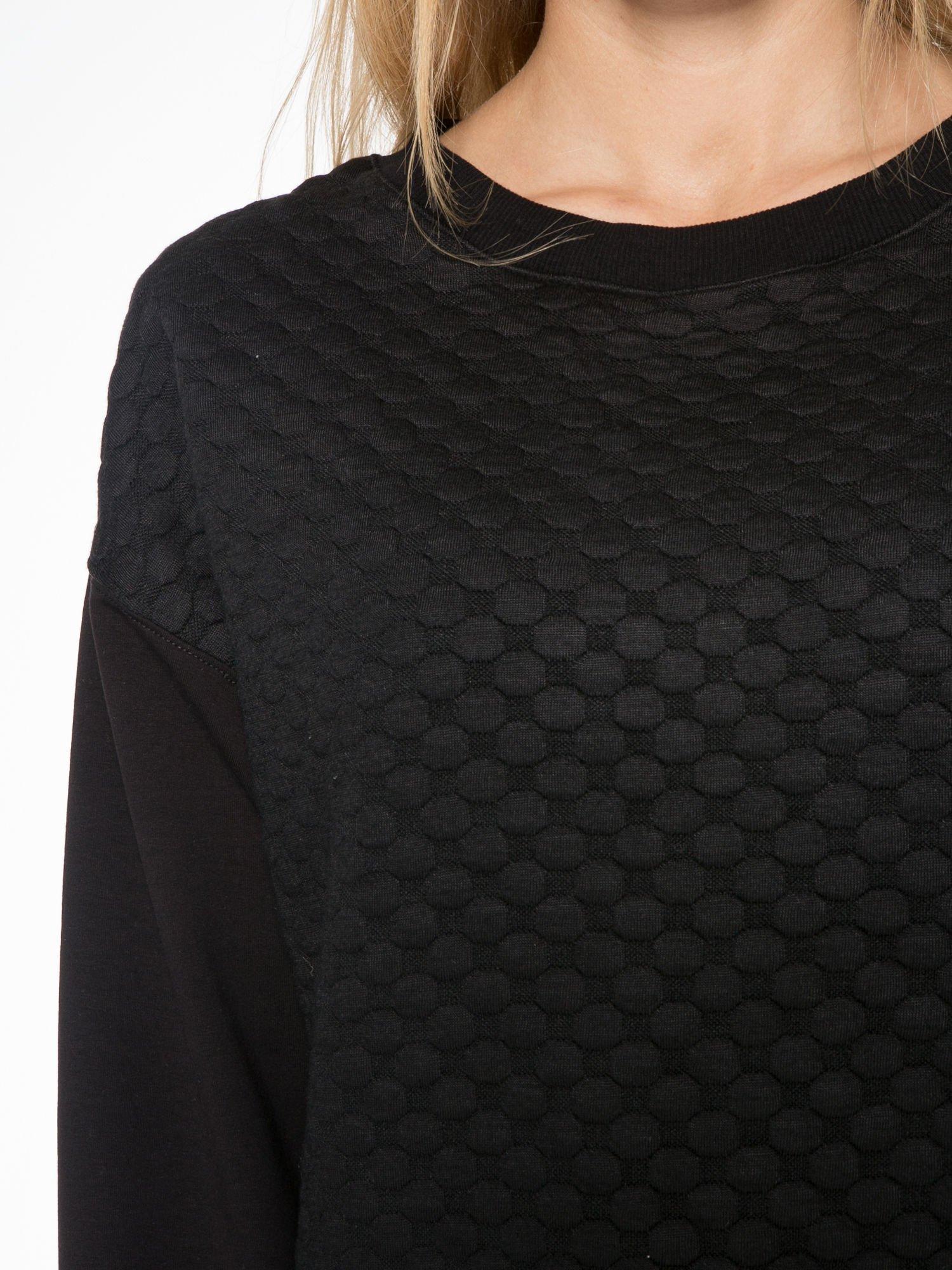Czarna bluza z luźnymi rękawami o bąbelkowej fakturze                                  zdj.                                  5