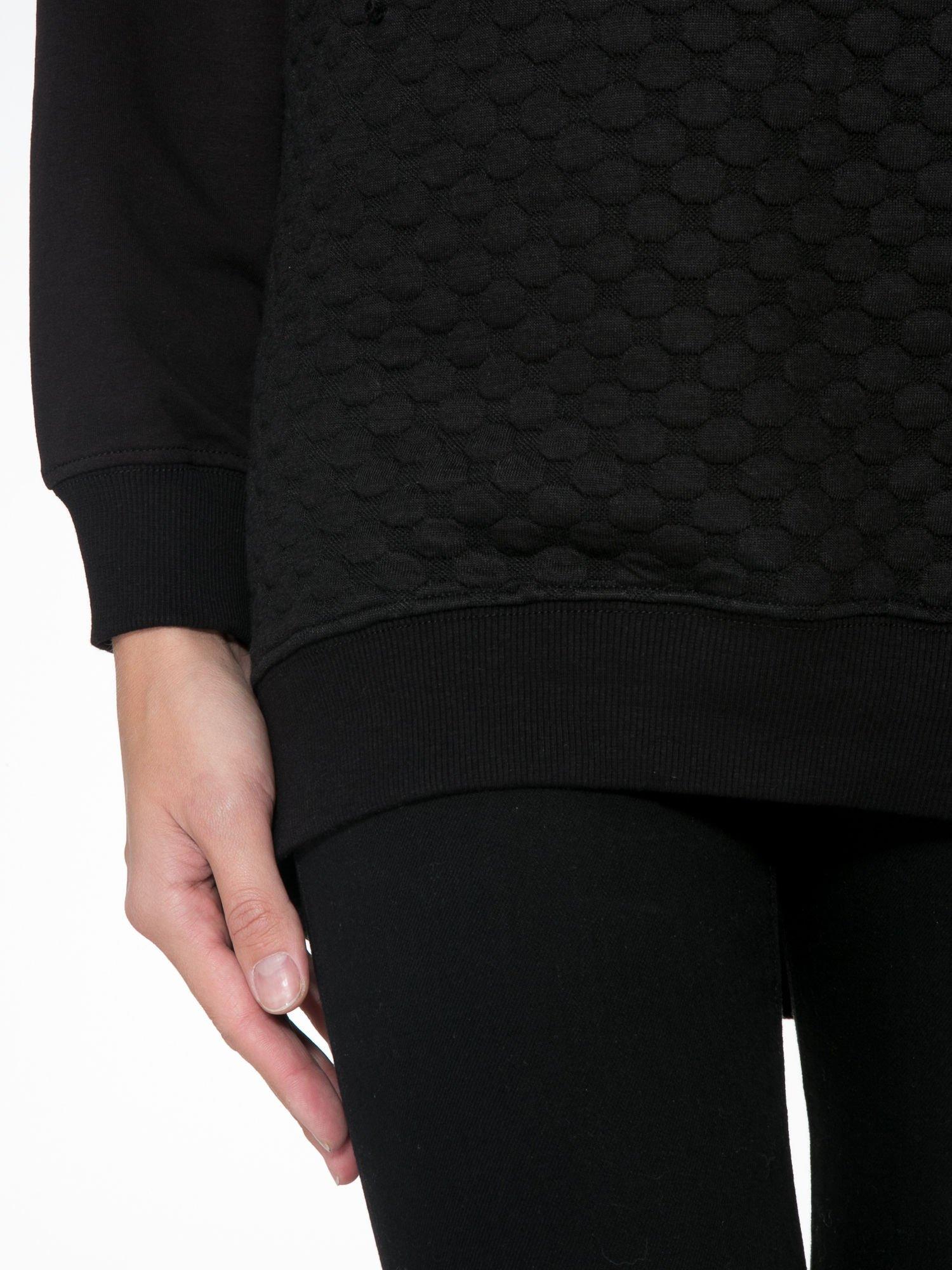 Czarna bluza z luźnymi rękawami o bąbelkowej fakturze                                  zdj.                                  6