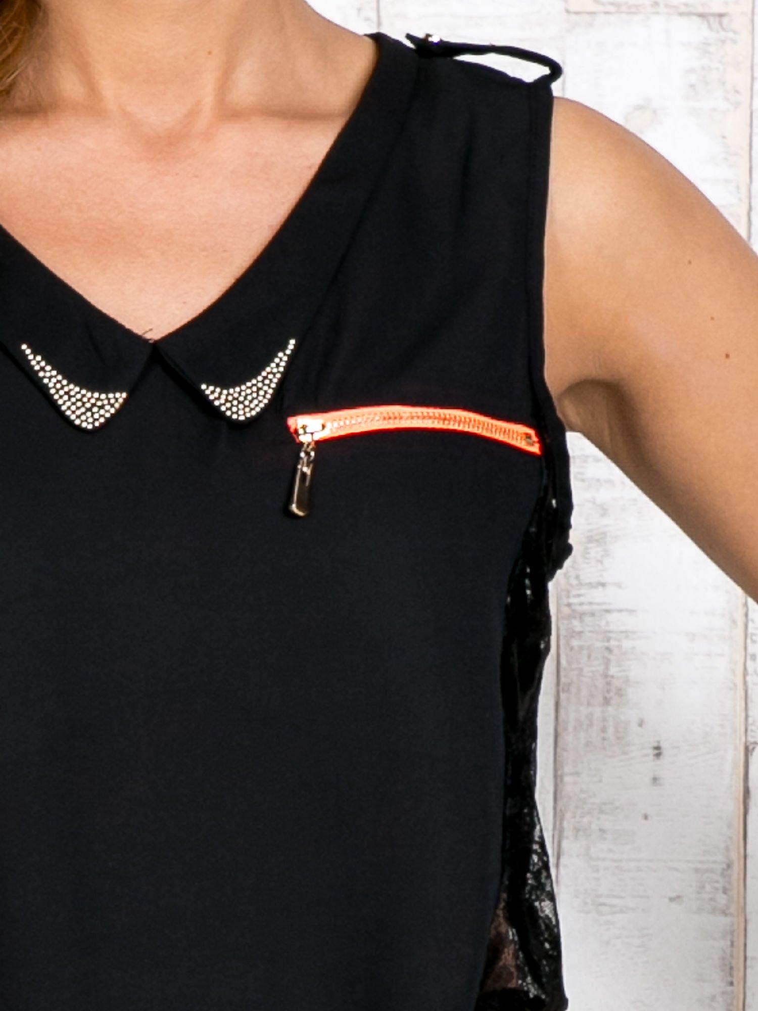 Czarna bluzka koszulowa z koronkowymi wstawkami na bokach                                  zdj.                                  3