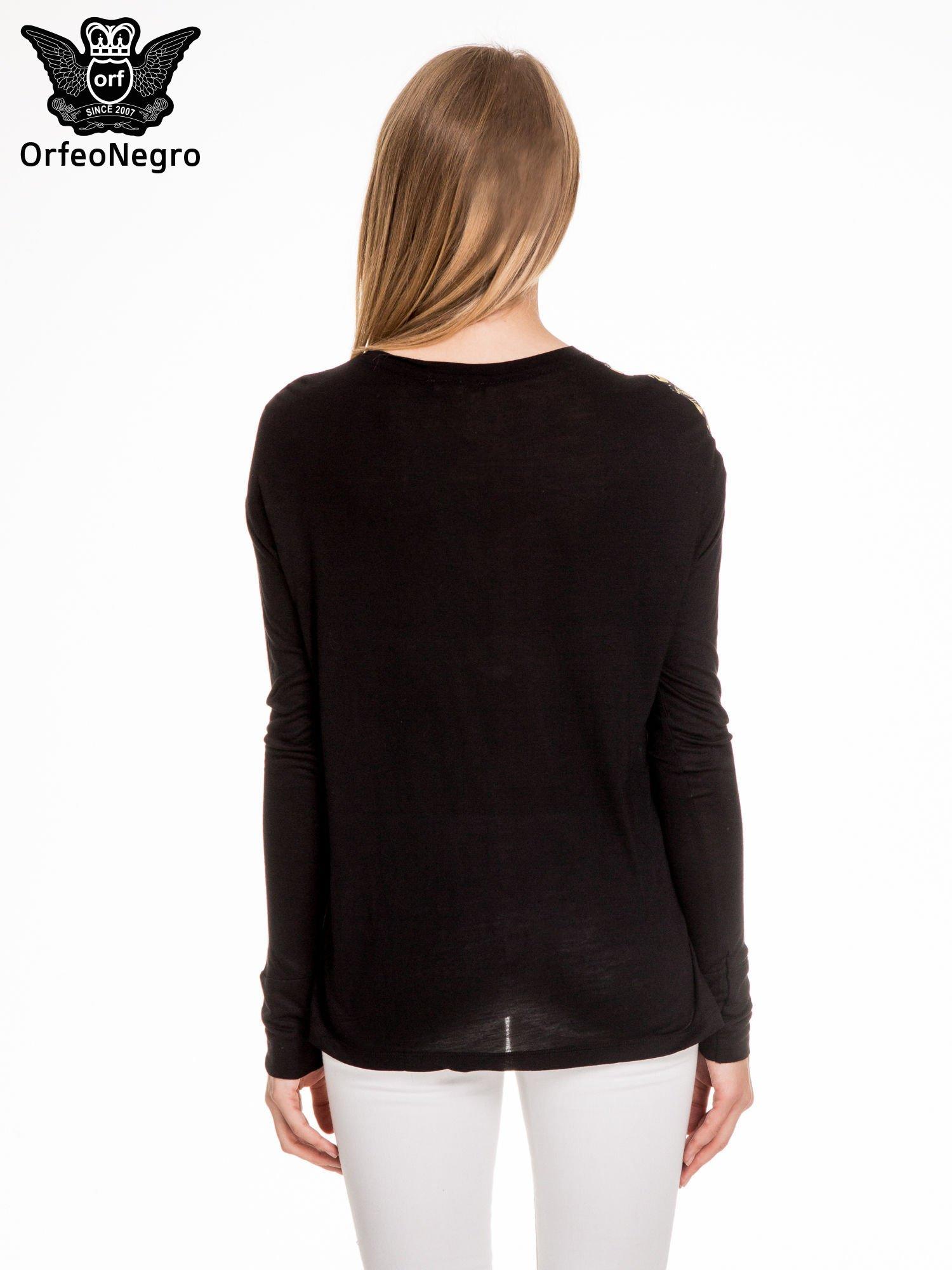 Czarna bluzka z grafiką kobiety                                  zdj.                                  4