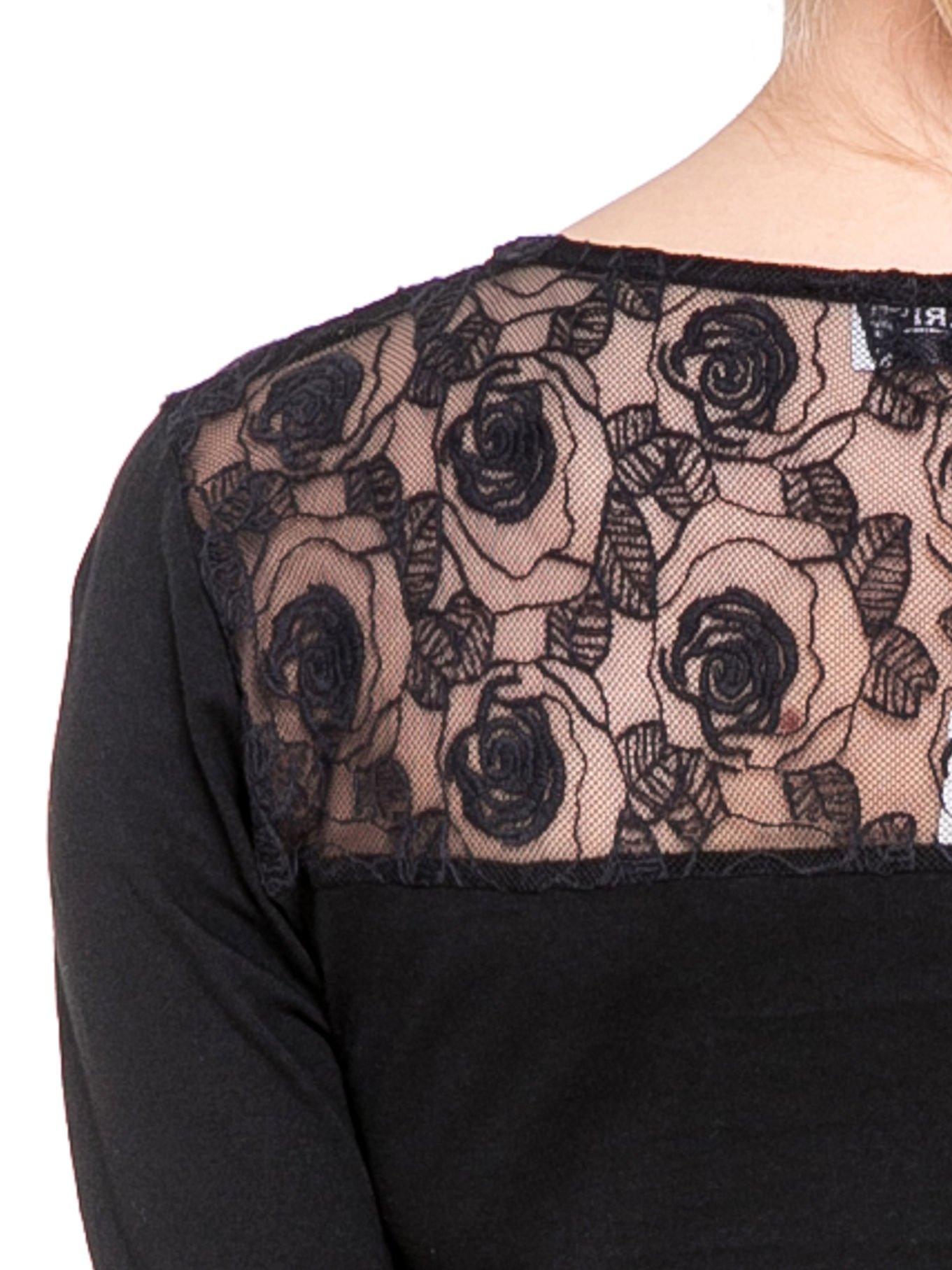 Czarna bluzka z karczkiem z koronki w róże                                  zdj.                                  6