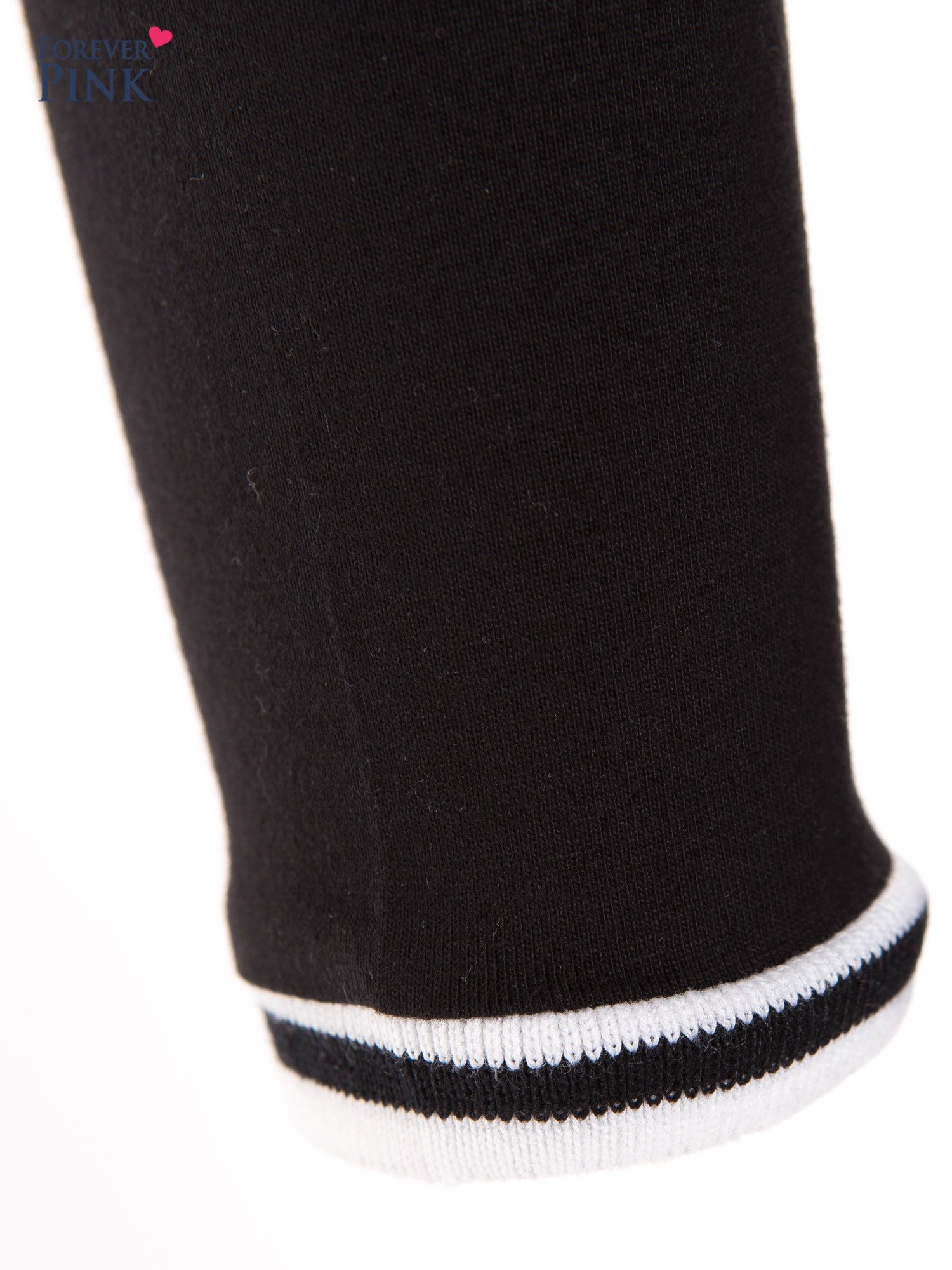 Czarna bluzka z kontrastową lamówką                                  zdj.                                  4