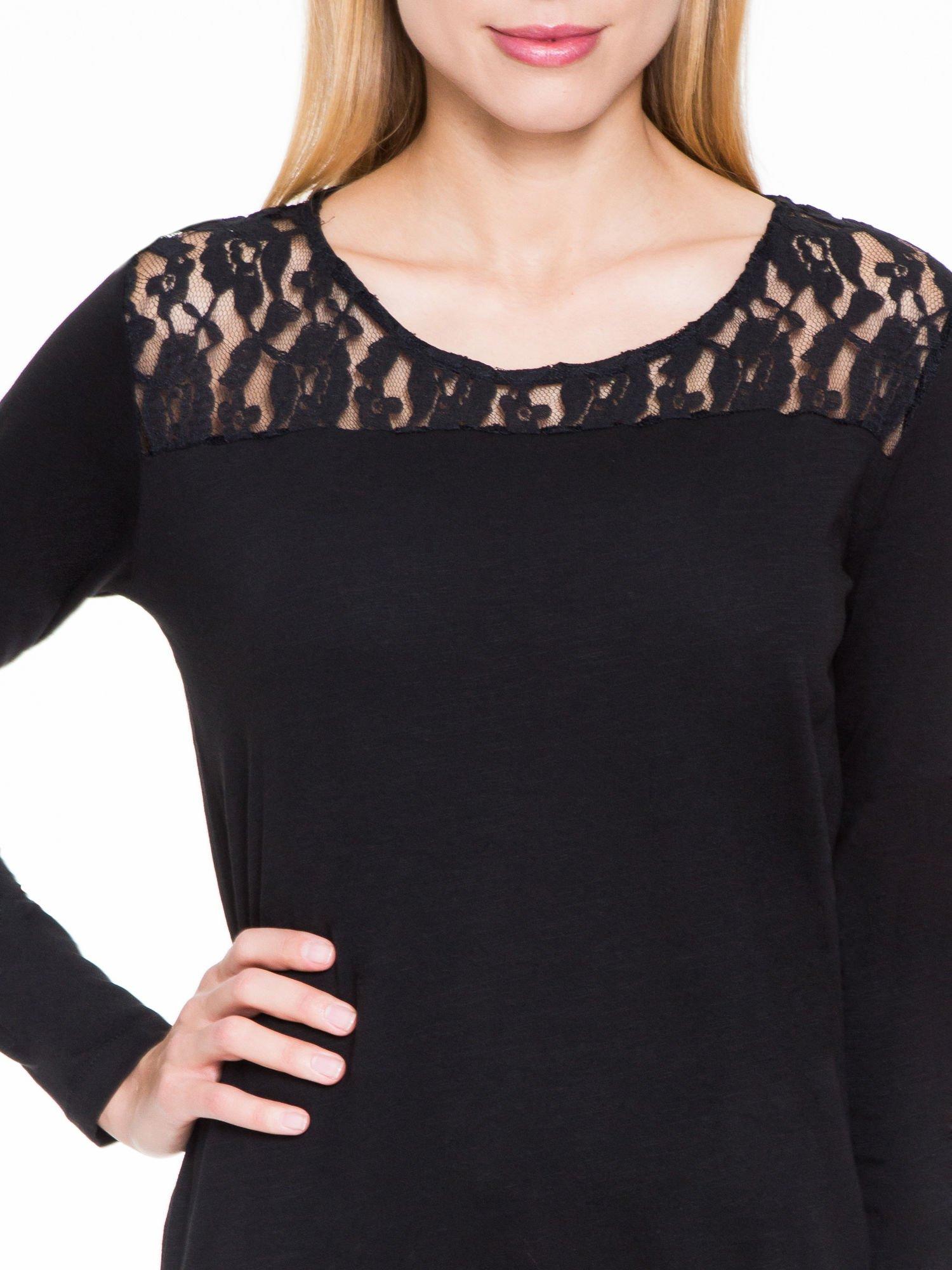 Czarna bluzka z koronkowym karczkiem                                  zdj.                                  5
