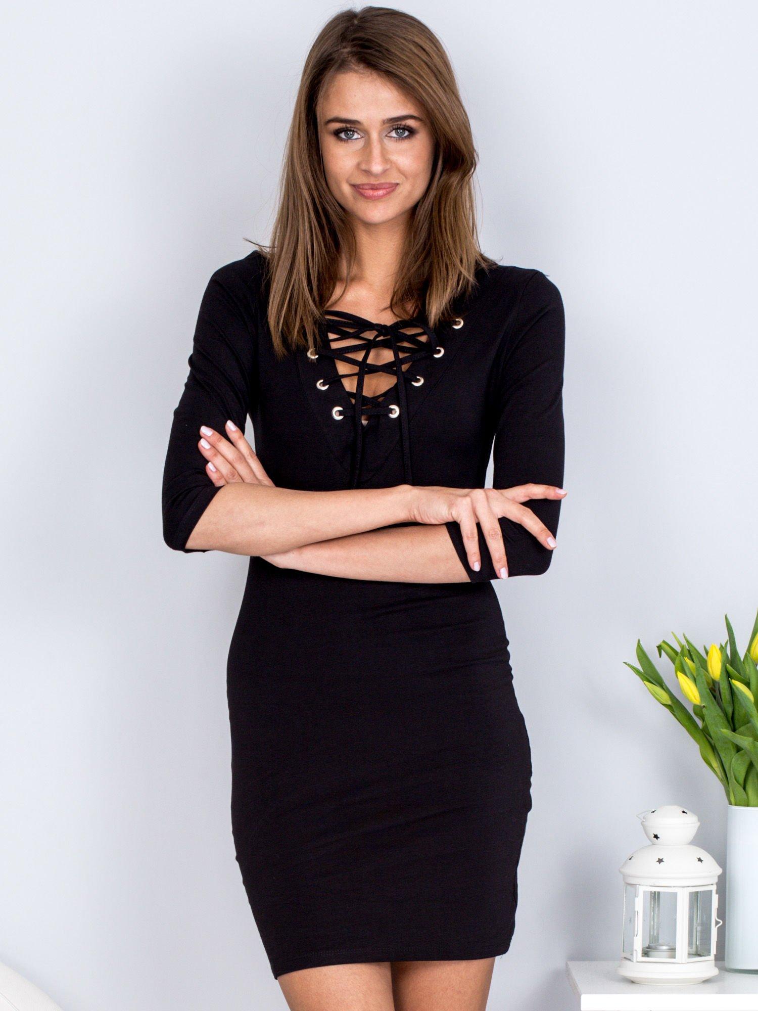 6f3795a8 Czarna dopasowana sukienka ze sznurowanym dekoltem