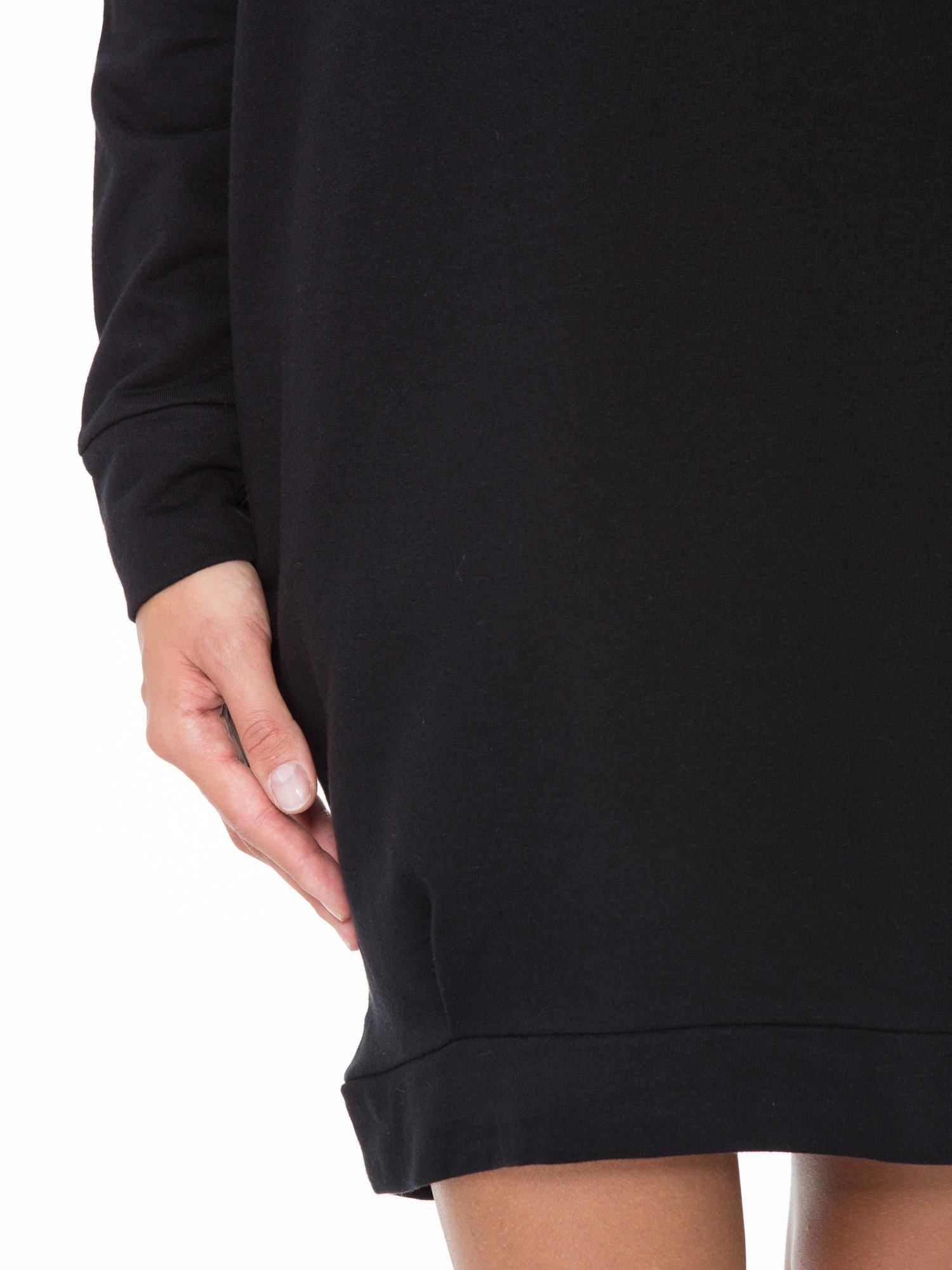 Czarna dresowa sukienka oversize z ozdobnymi kieszeniami                                  zdj.                                  6