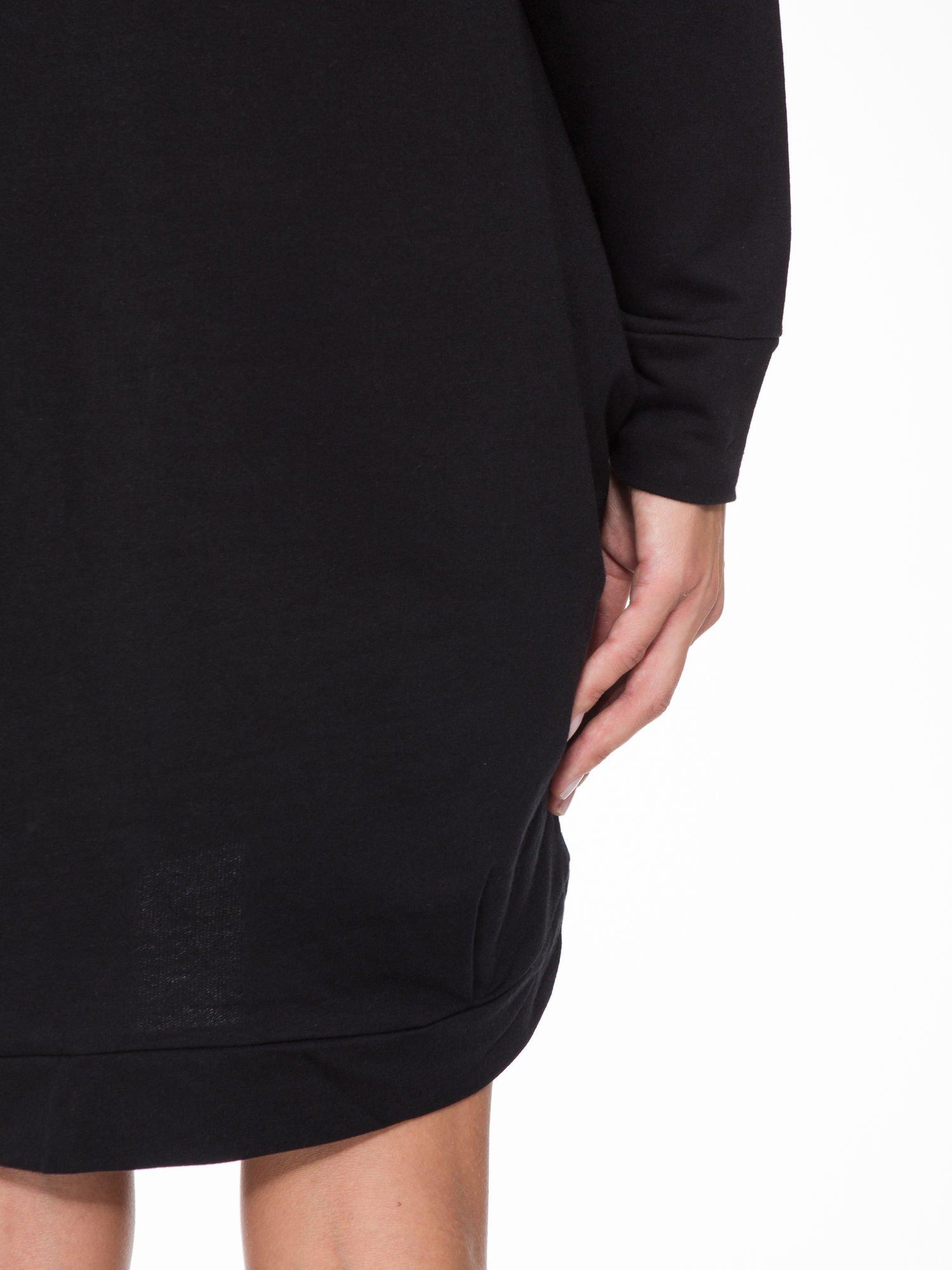 Czarna dresowa sukienka oversize z ozdobnymi kieszeniami                                  zdj.                                  9