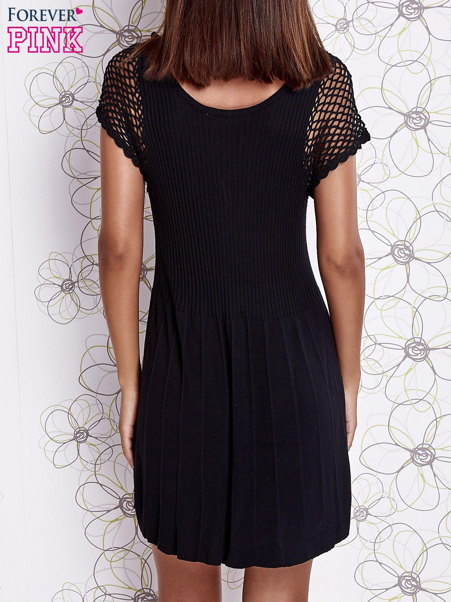 Czarna dzianinowa sukienka z żabotem i ażurowymi rękawami                                  zdj.                                  4