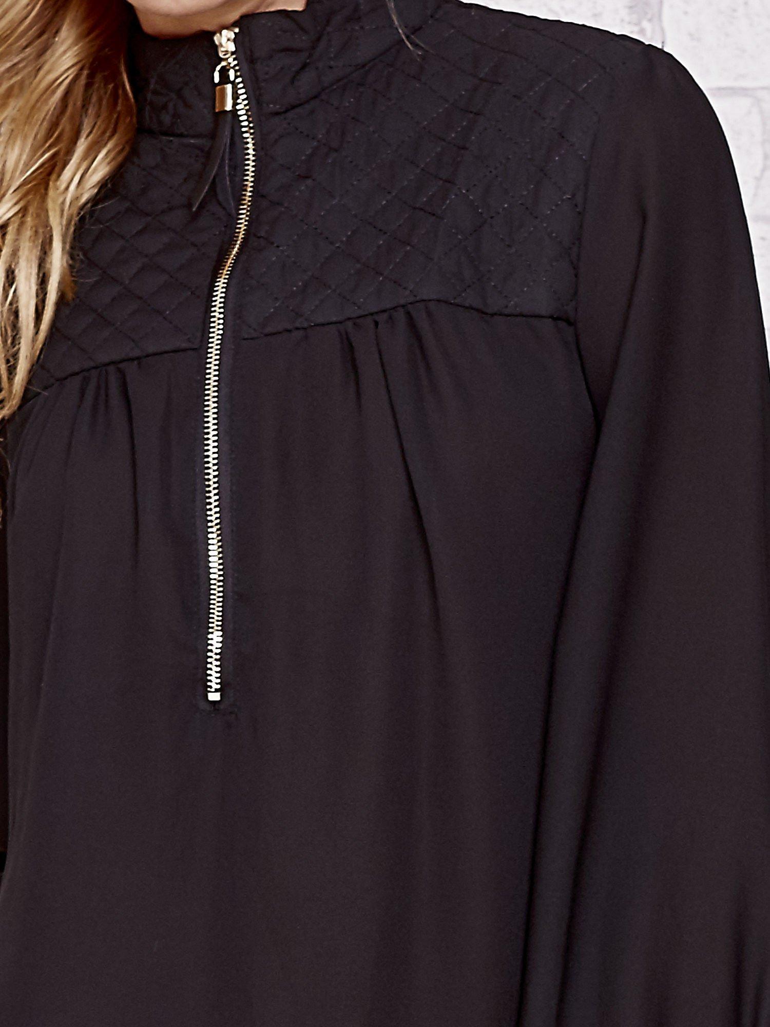 Czarna elegancka koszula z pikowanymi wstawkami i suwakiem                                  zdj.                                  5