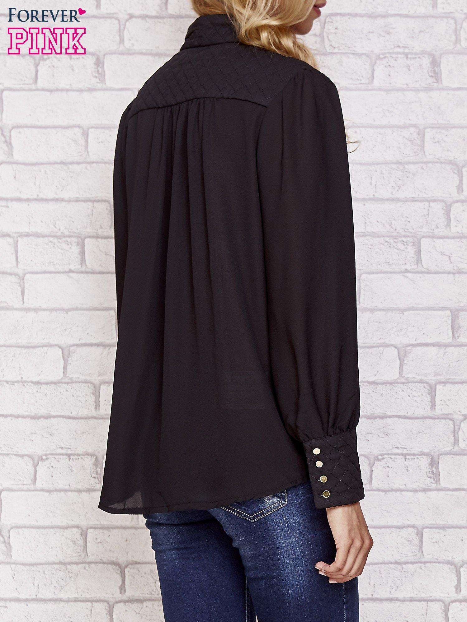 Czarna elegancka koszula z pikowanymi wstawkami i suwakiem                                  zdj.                                  4