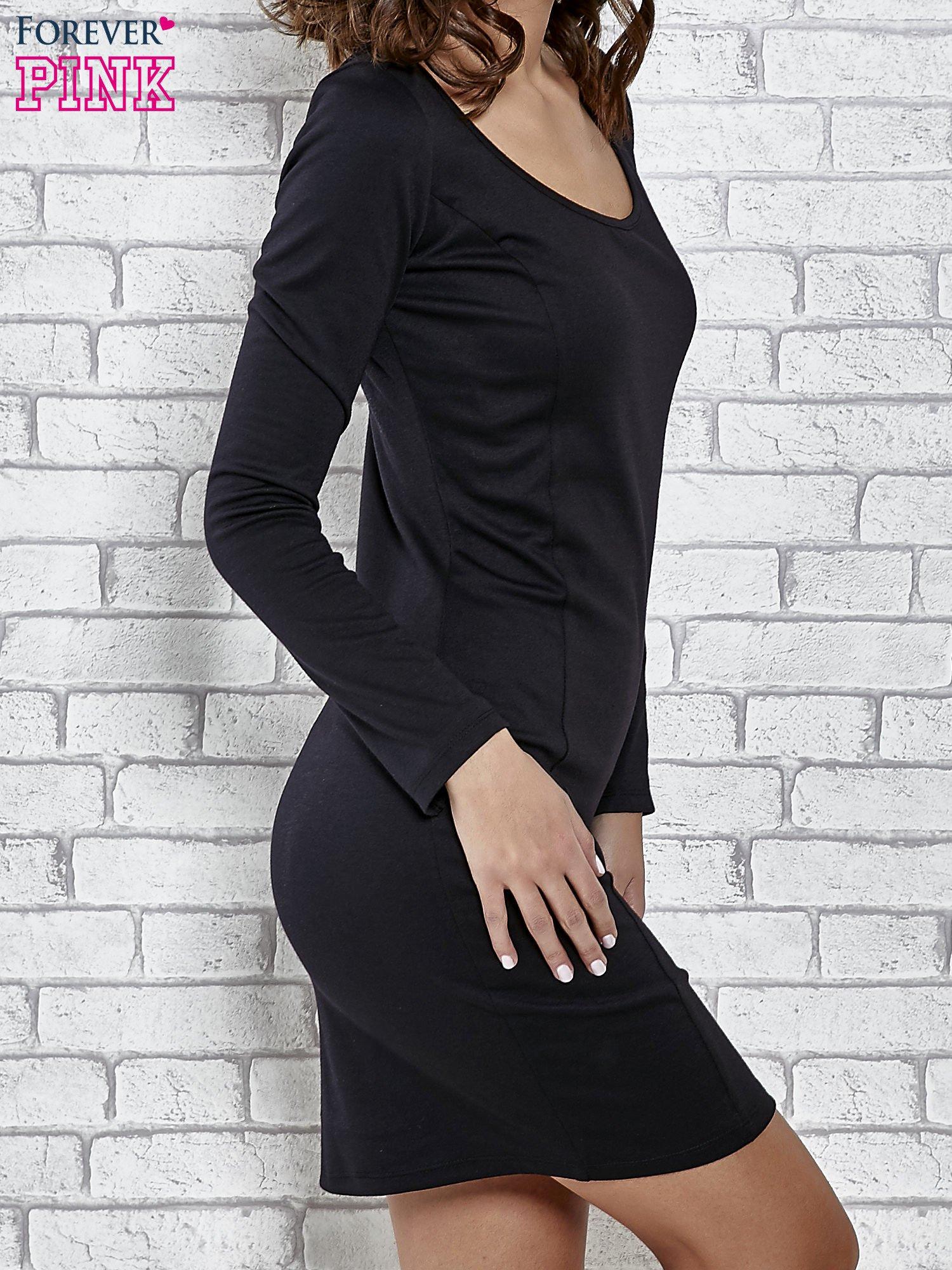 Czarna gładka sukienka z dekoltem na plecach                                  zdj.                                  3