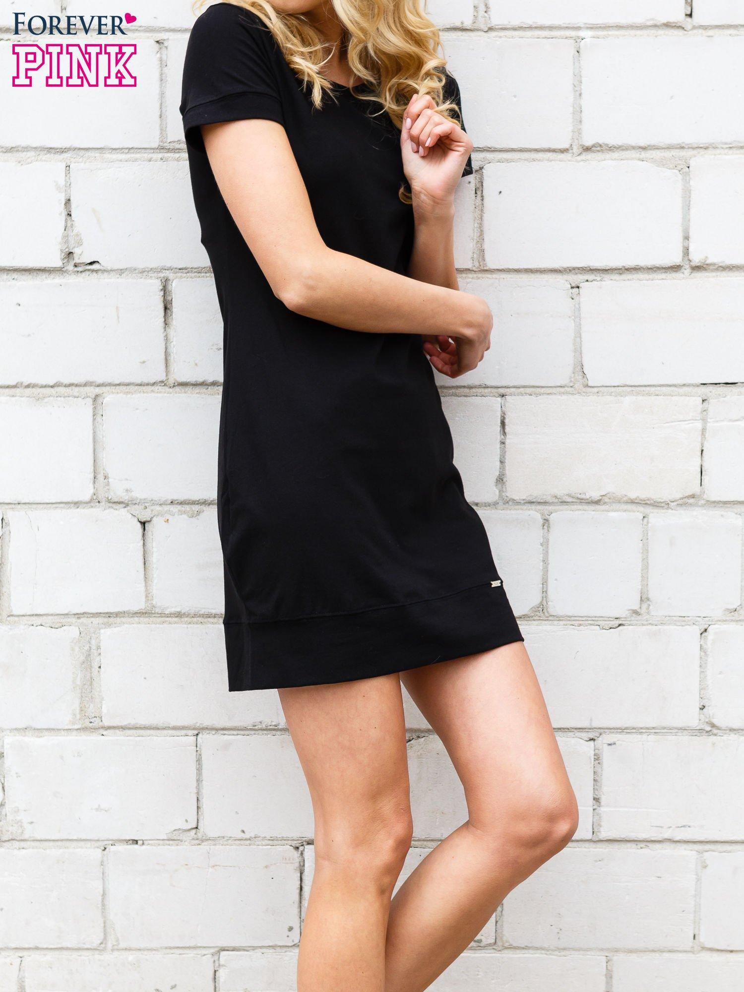 Czarna gładka sukienka ze ściągaczem na dole                                  zdj.                                  3