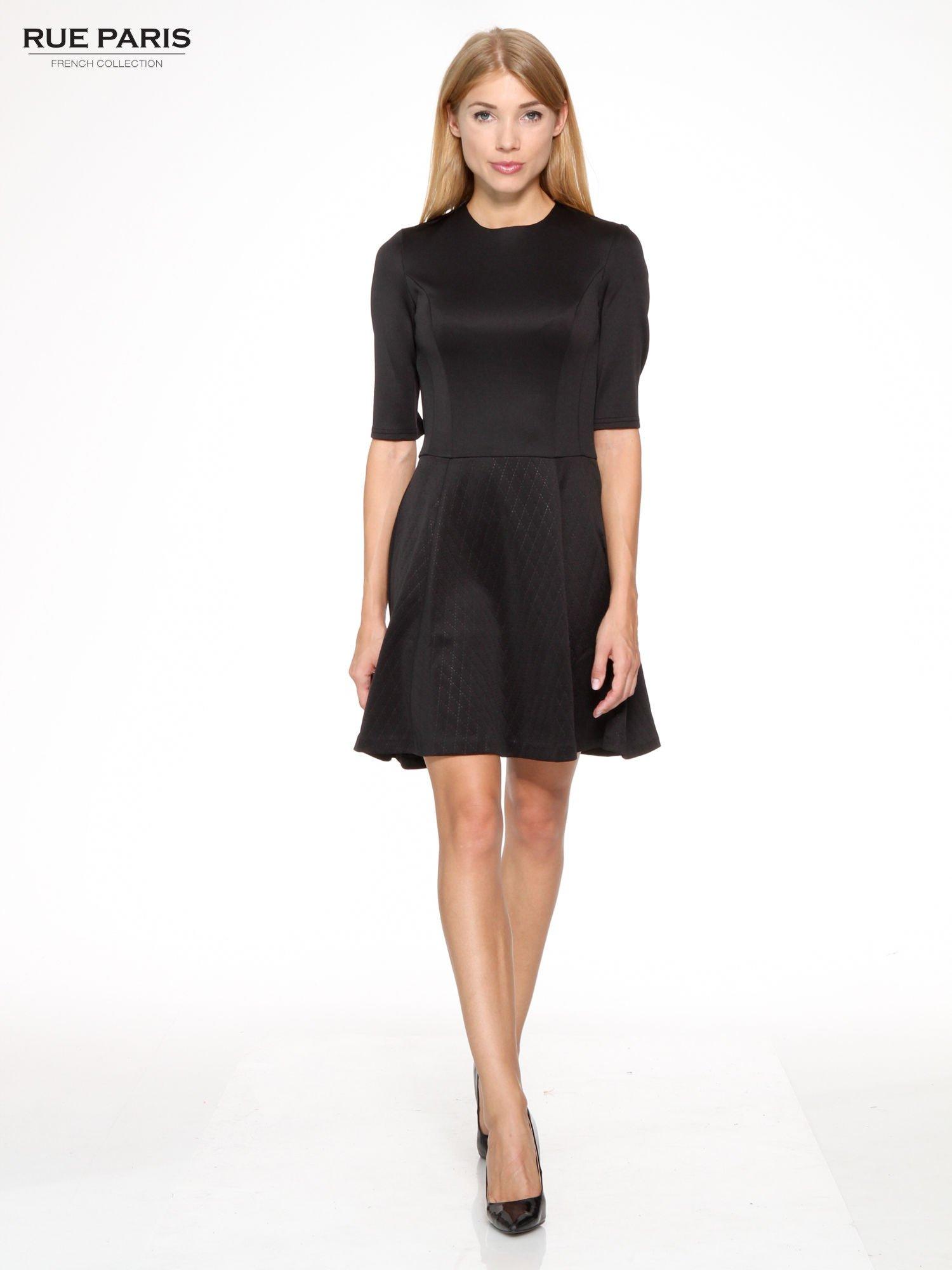 Czarna klasyczna sukienka z rozkloszowanym dołem w pikowany wzór                                  zdj.                                  2
