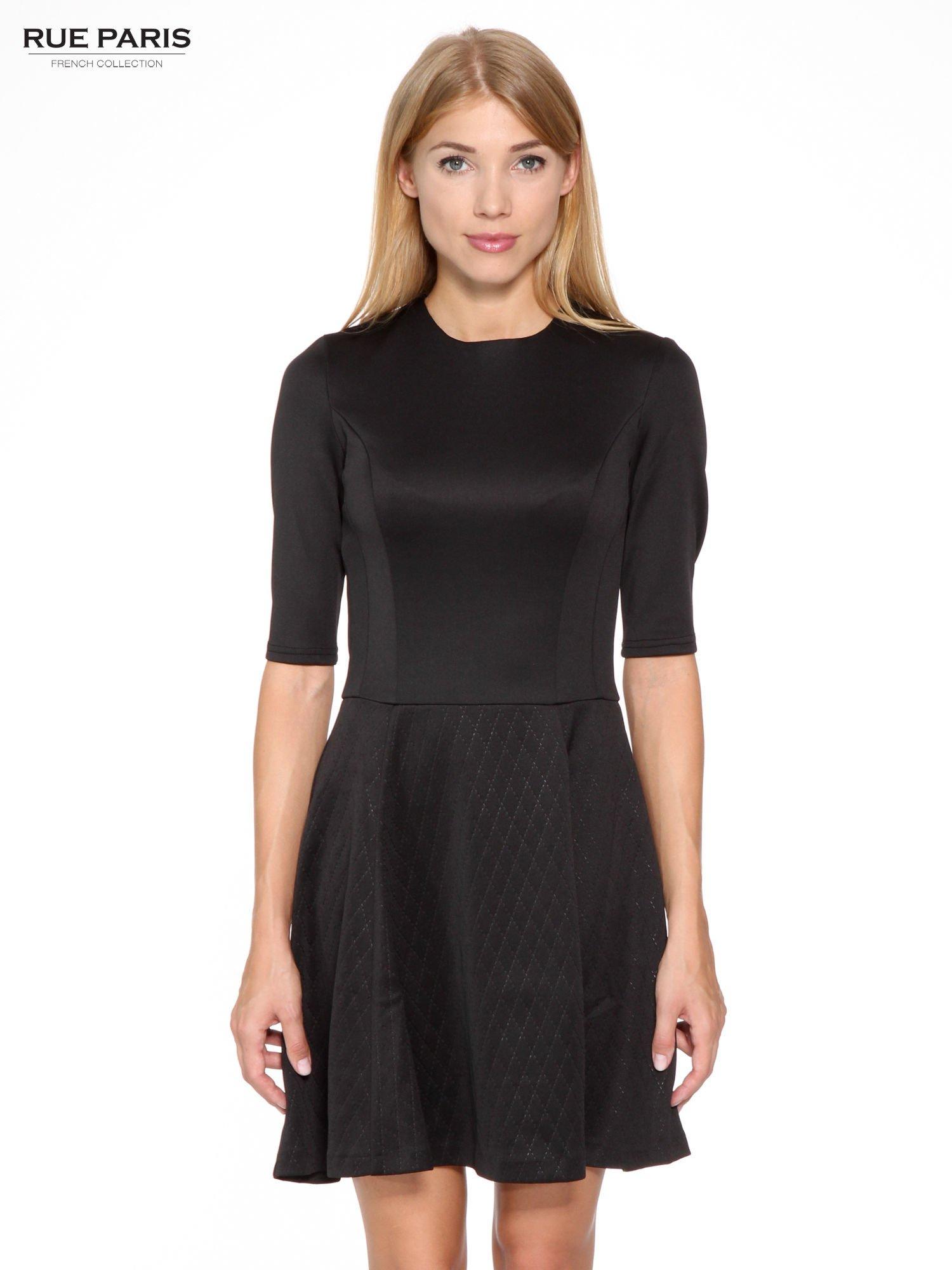 Czarna klasyczna sukienka z rozkloszowanym dołem w pikowany wzór                                  zdj.                                  1