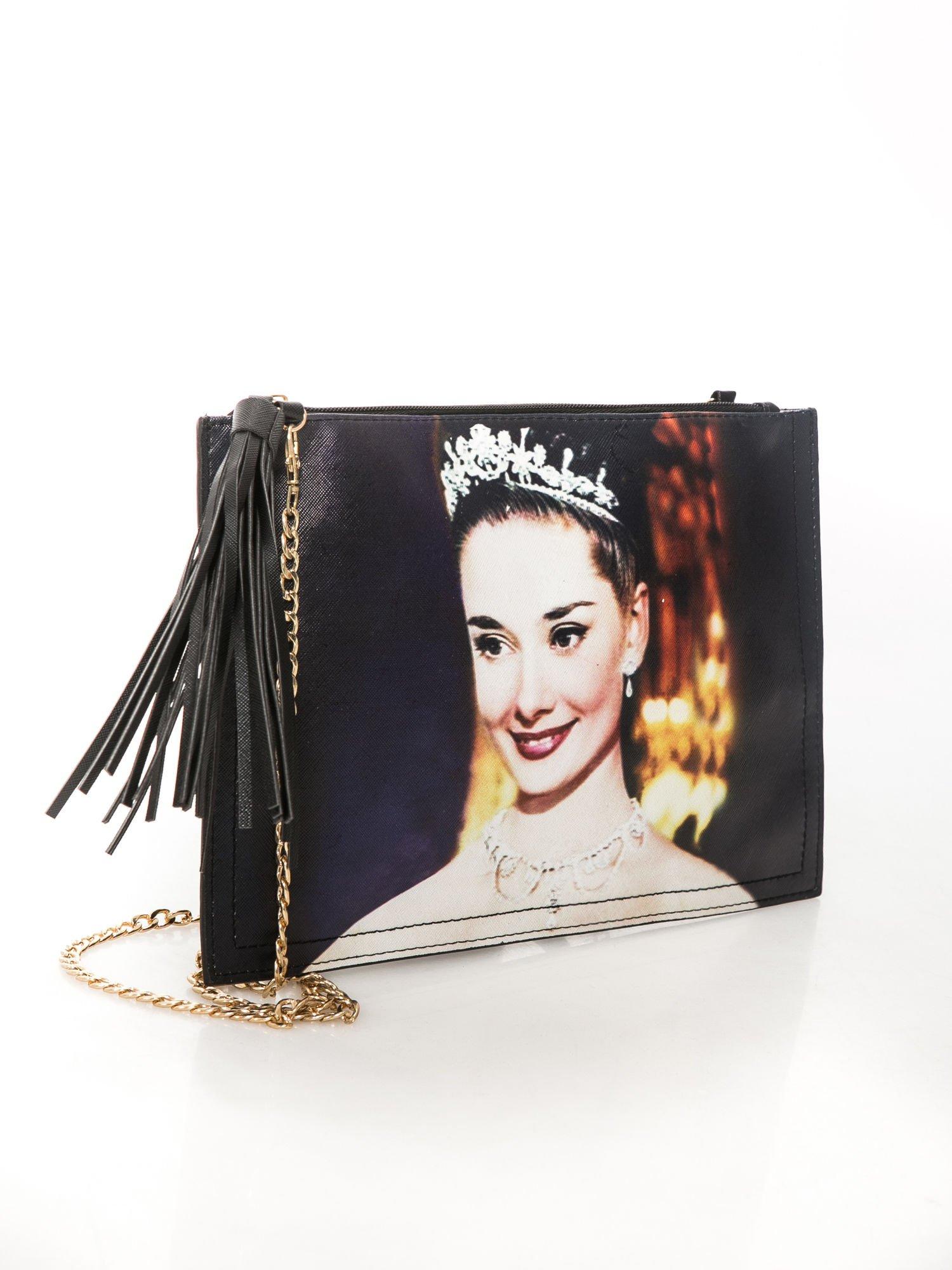 Czarna kopertówka z nadrukiem Audrey Hepburn, frędzlami i złotym łańcuszkiem                                  zdj.                                  2