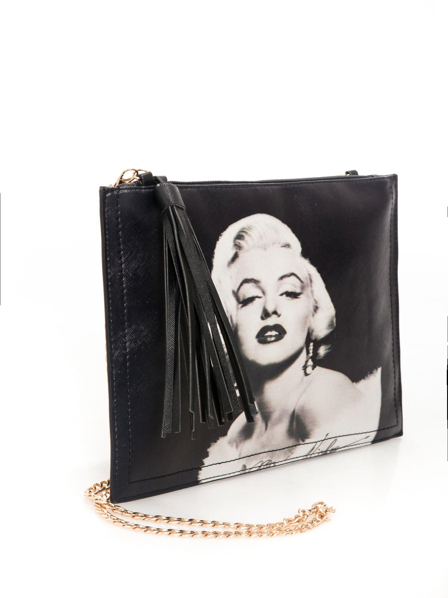 Czarna kopertówka z nadrukiem Marilyn Monroe, frędzlami i złotym łańcuszkiem                                  zdj.                                  2