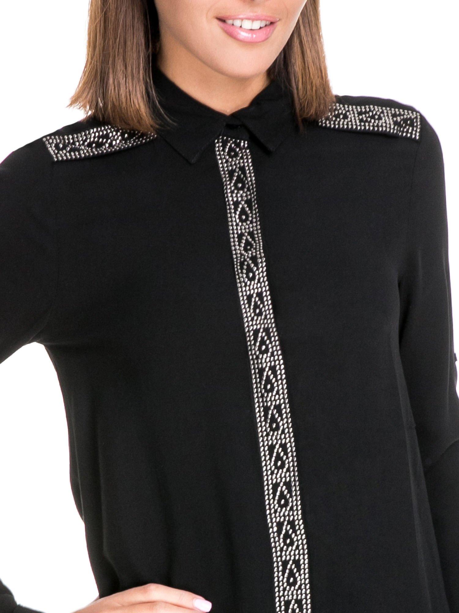 Czarna koszula z listwą i pagonami zdobionymi dżetami                                  zdj.                                  6