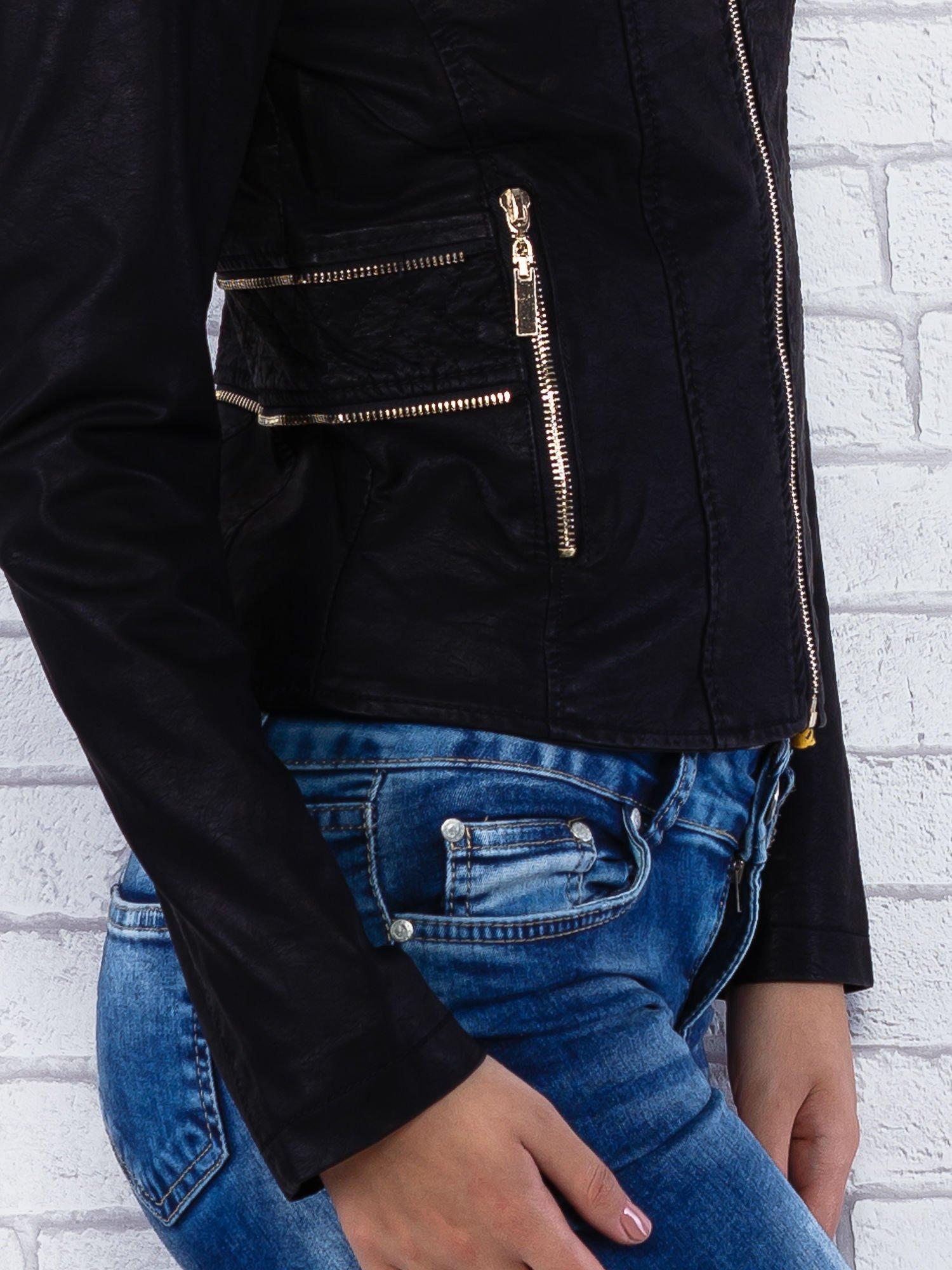 Czarna kurtka ramoneska ze złotym suwakiem z tyłu                                  zdj.                                  6