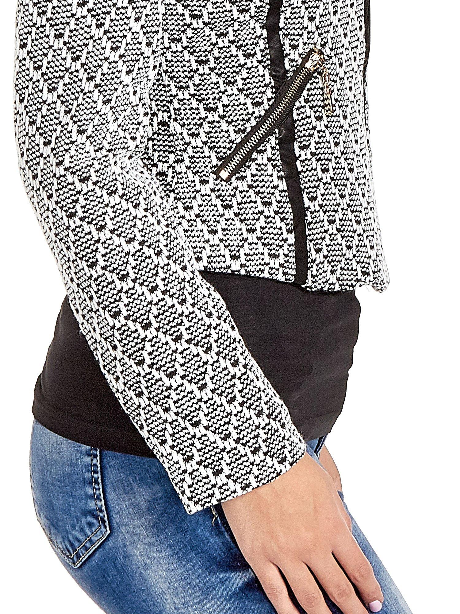 Czarna kurtka w geometryczne wzory ze skórzanymi wstawkami i kieszeniami                                  zdj.                                  5