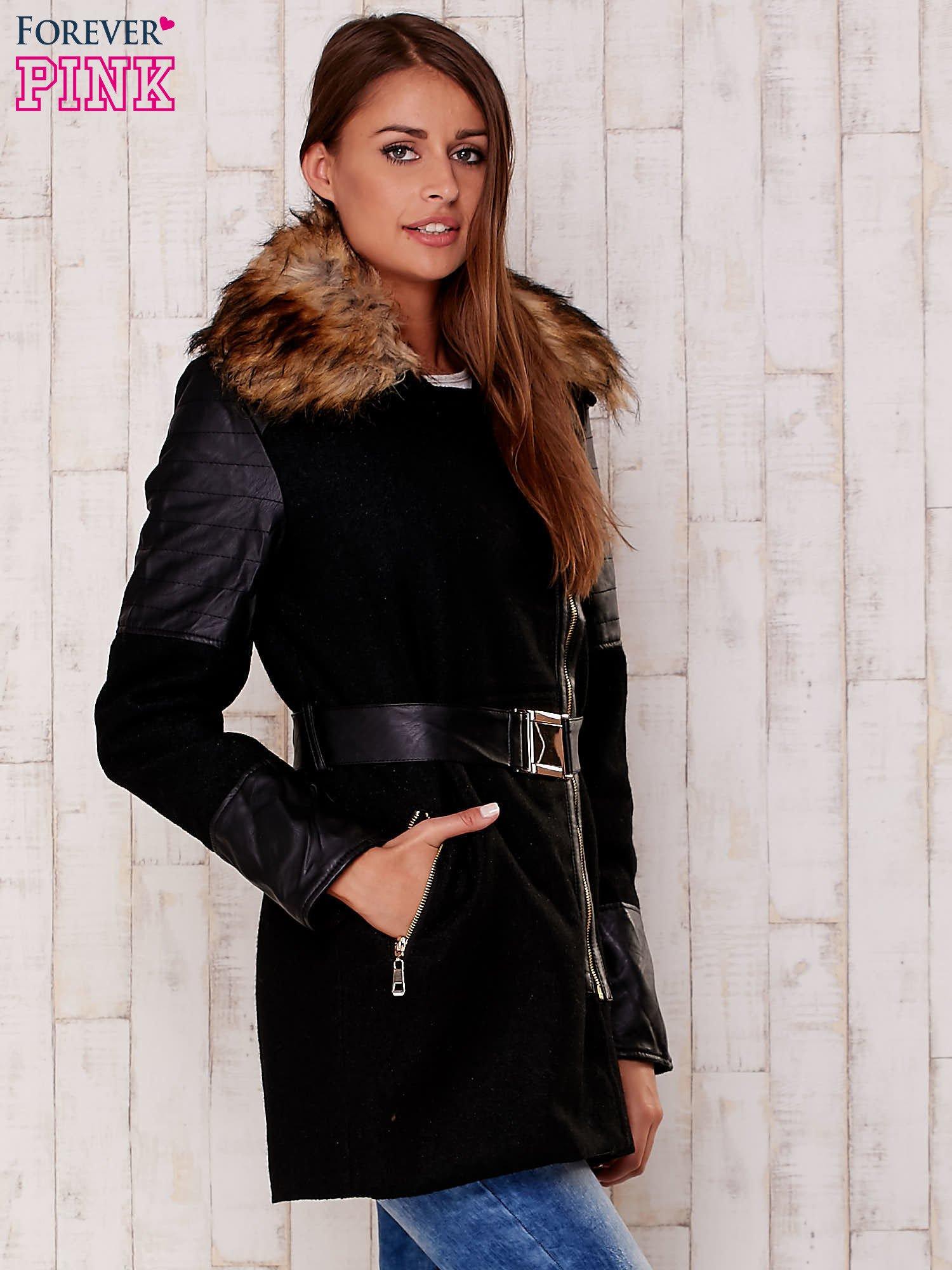 Czarna kurtka z futrzanym kołnierzem i skórzanymi wstawkami                                  zdj.                                  3