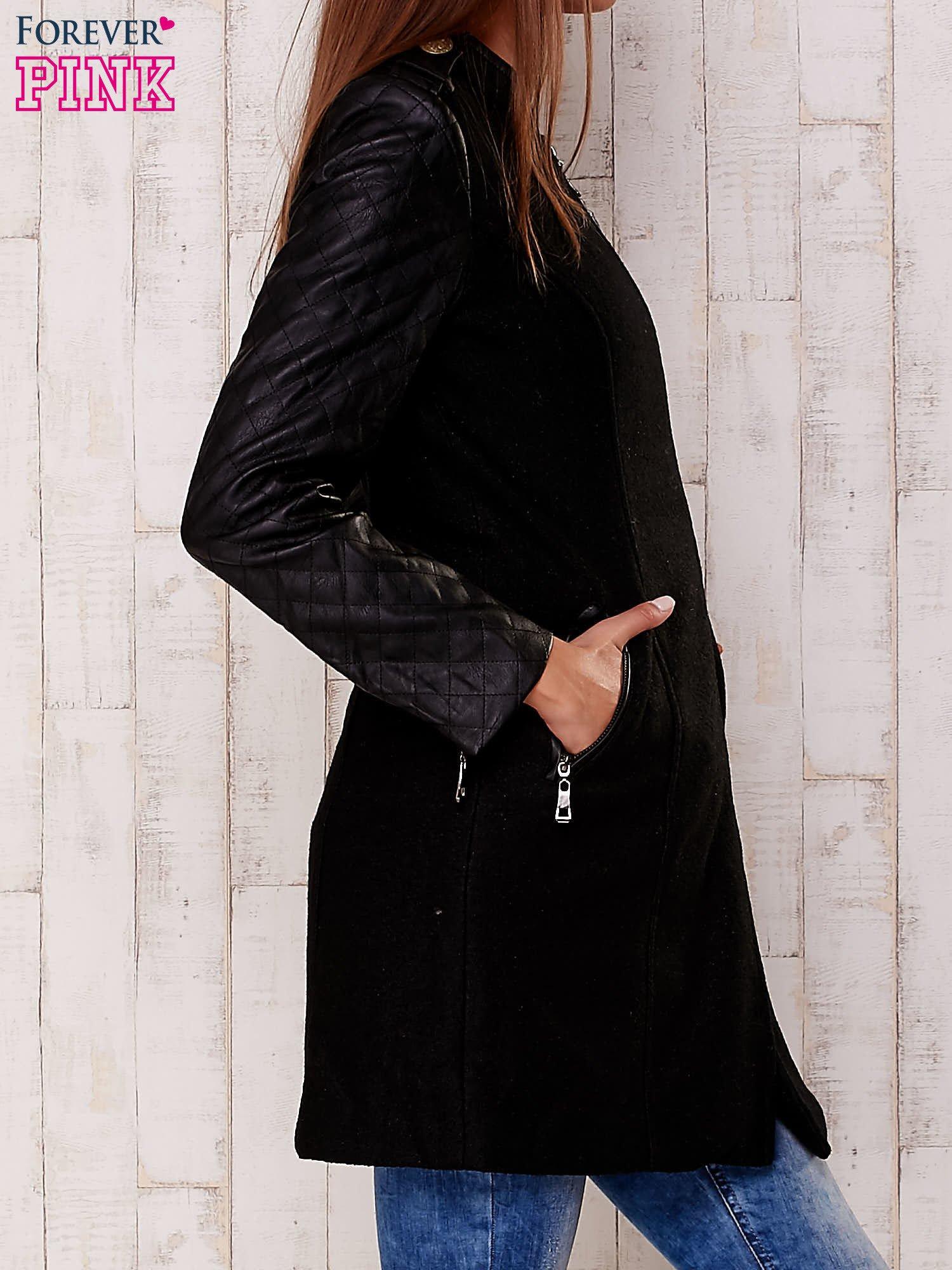 Czarna kurtka z pikowanymi rękawami i suwakami                                  zdj.                                  3