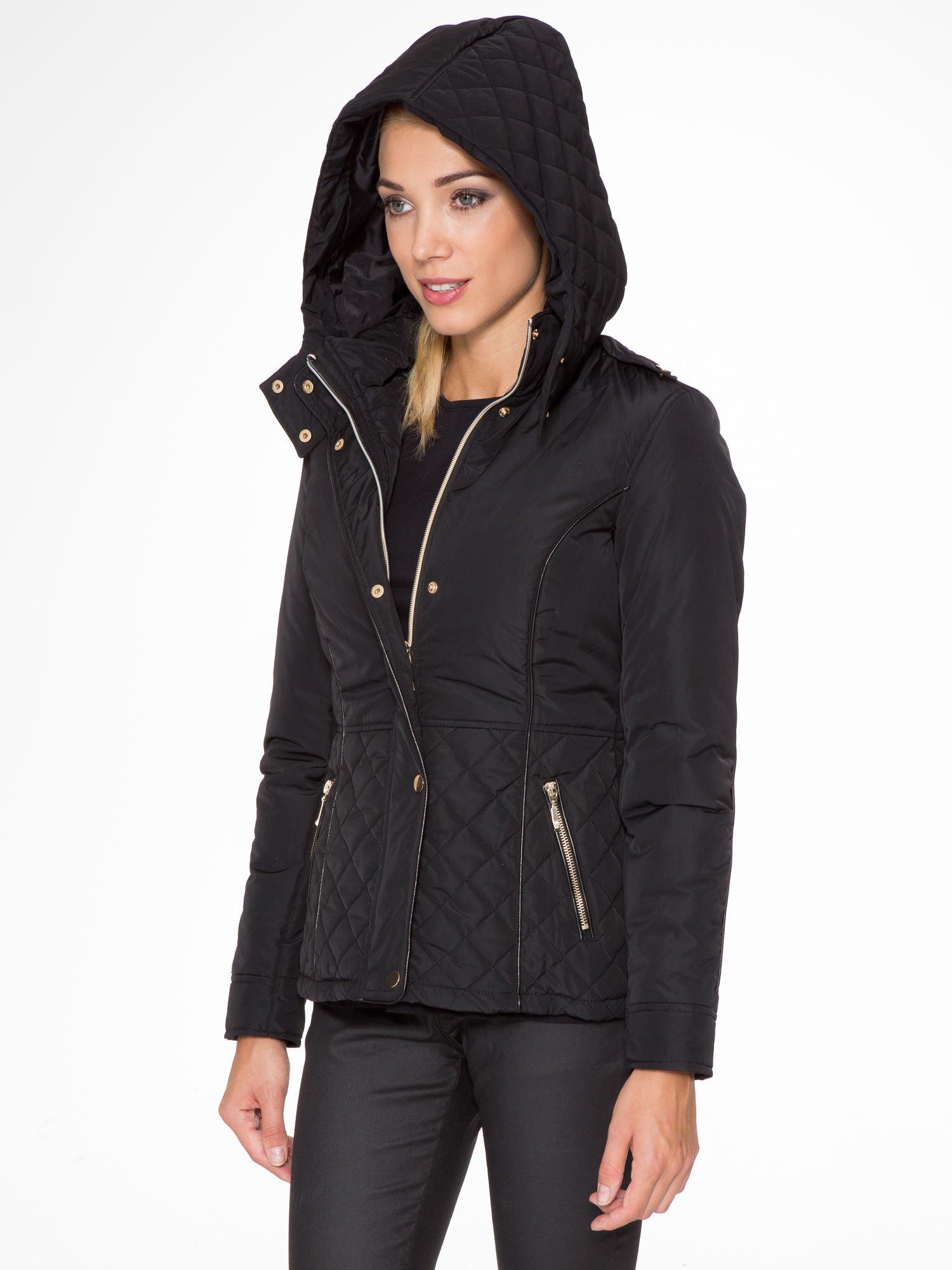 Czarna kurtka z pikowanymi wstawkami i skórzaną lamówką                                  zdj.                                  4