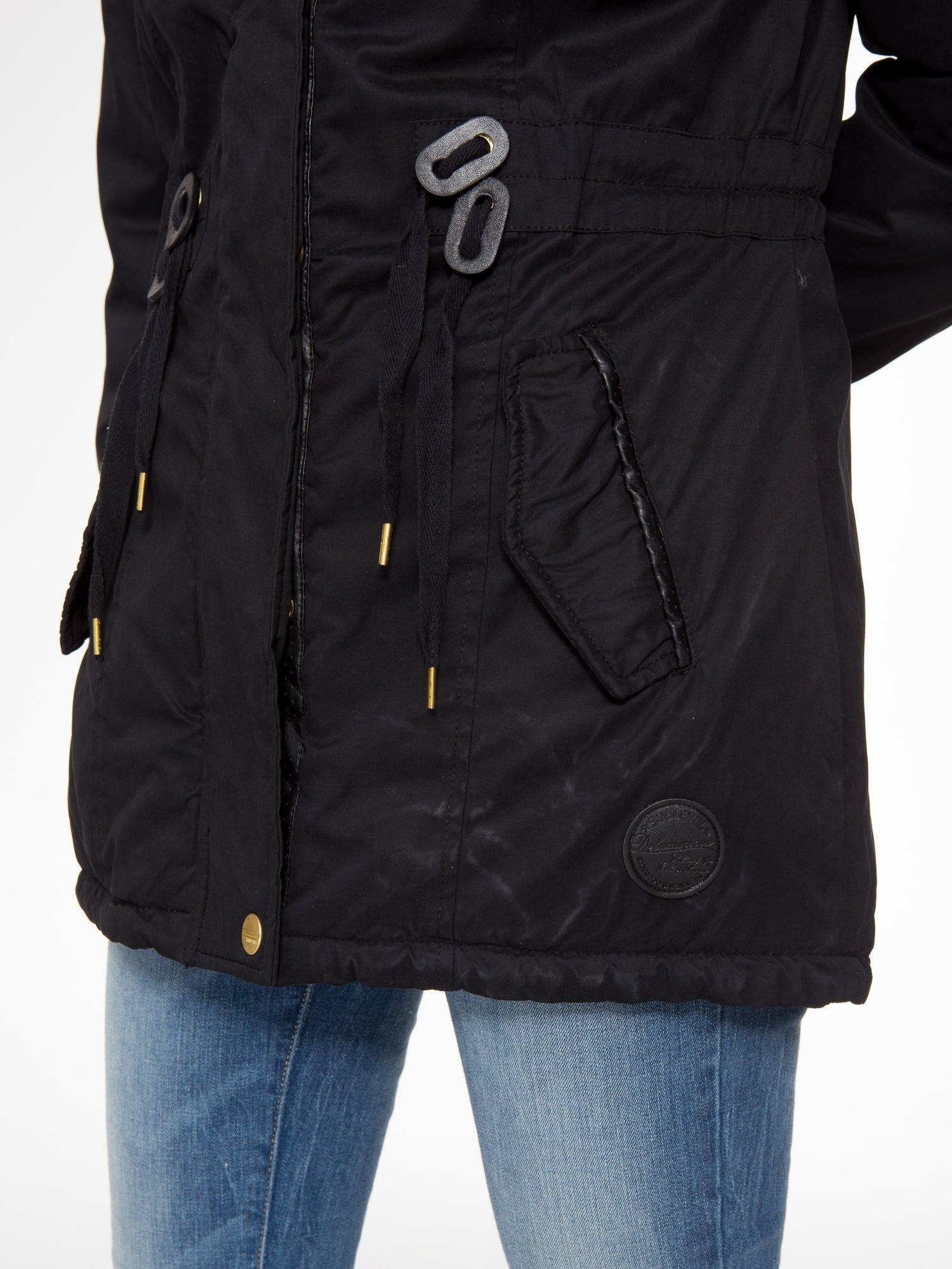 Czarna kurtka z suwakami i skórzanymi wstawkami                                  zdj.                                  8