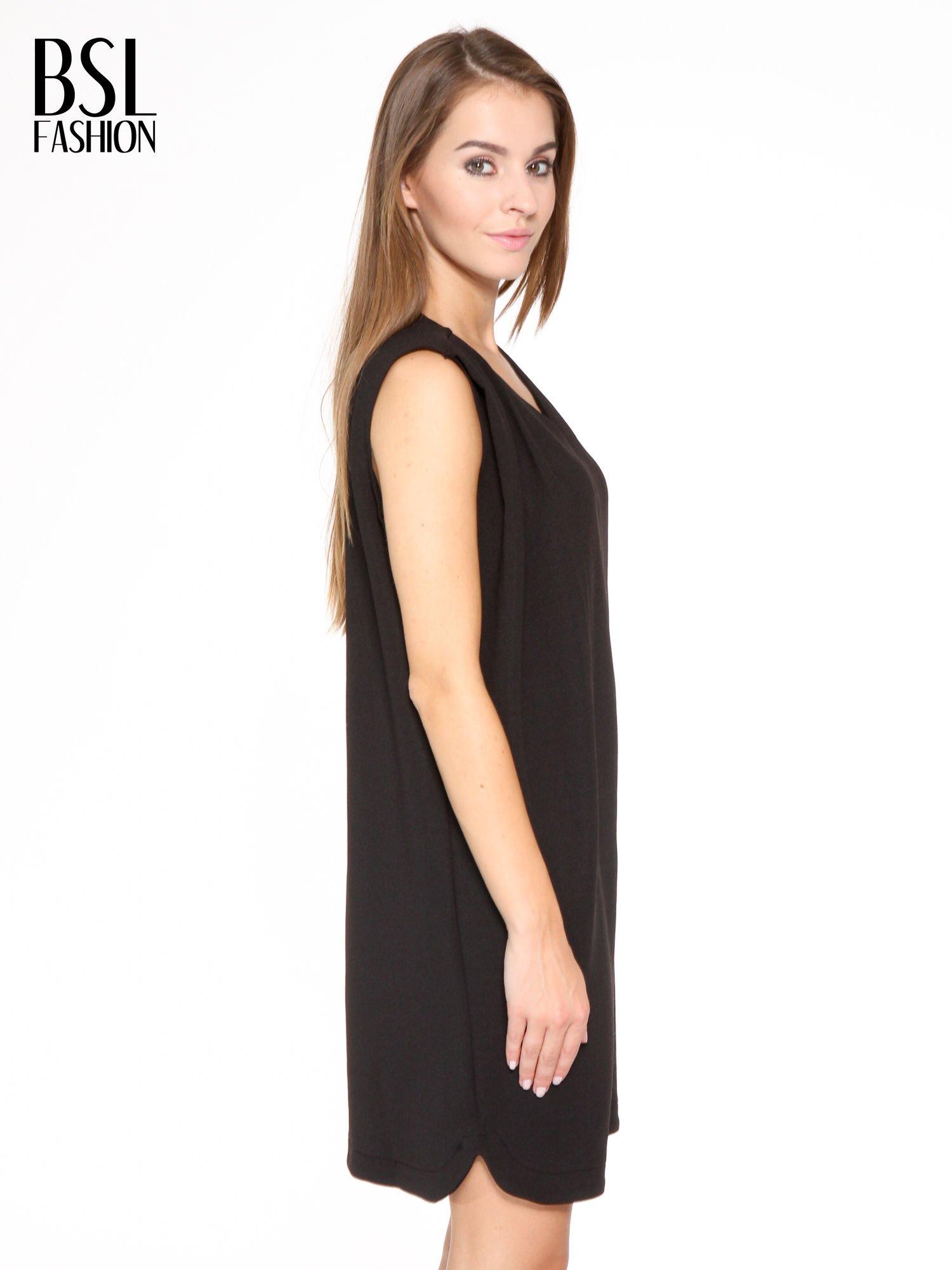 Czarna minimalistyczna sukienka z dekoltem w serek                                  zdj.                                  3