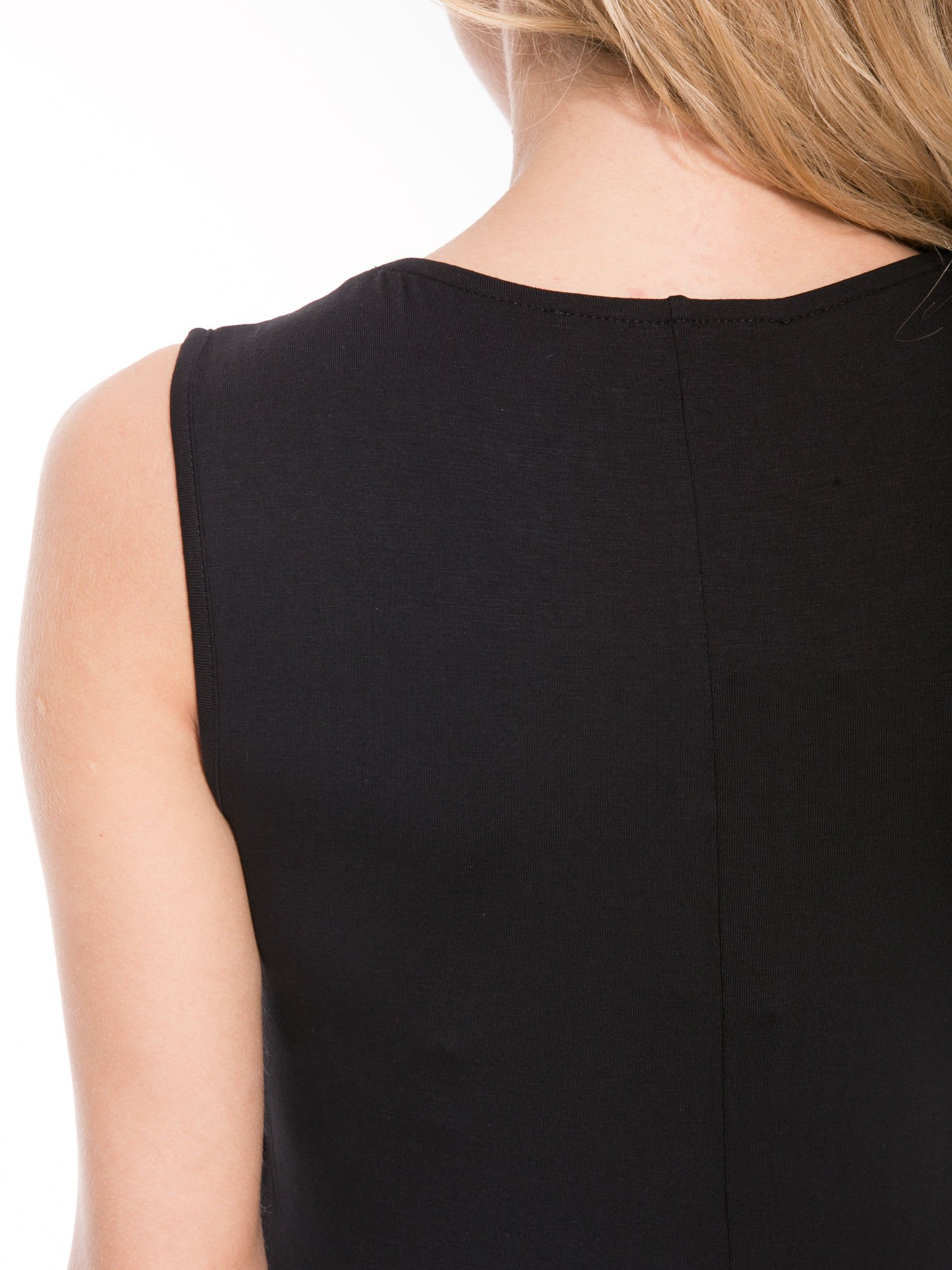 Czarna prosta sukienka z drapowaniem z przodu                                  zdj.                                  10