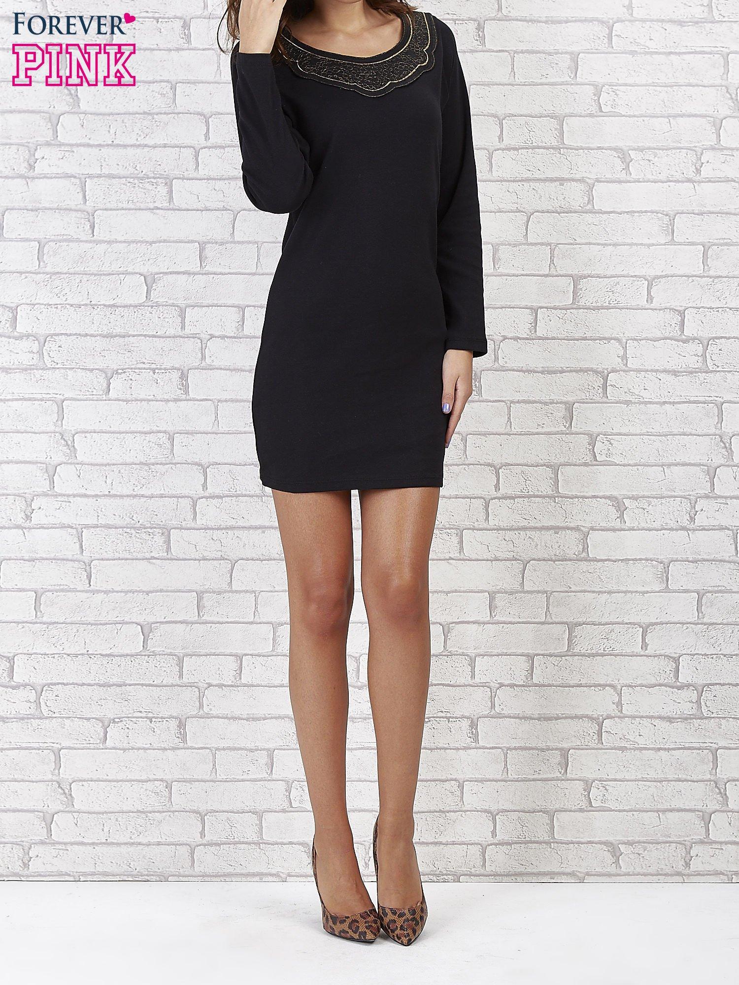 Czarna prosta sukienka z koronkowym dekoltem                                  zdj.                                  1