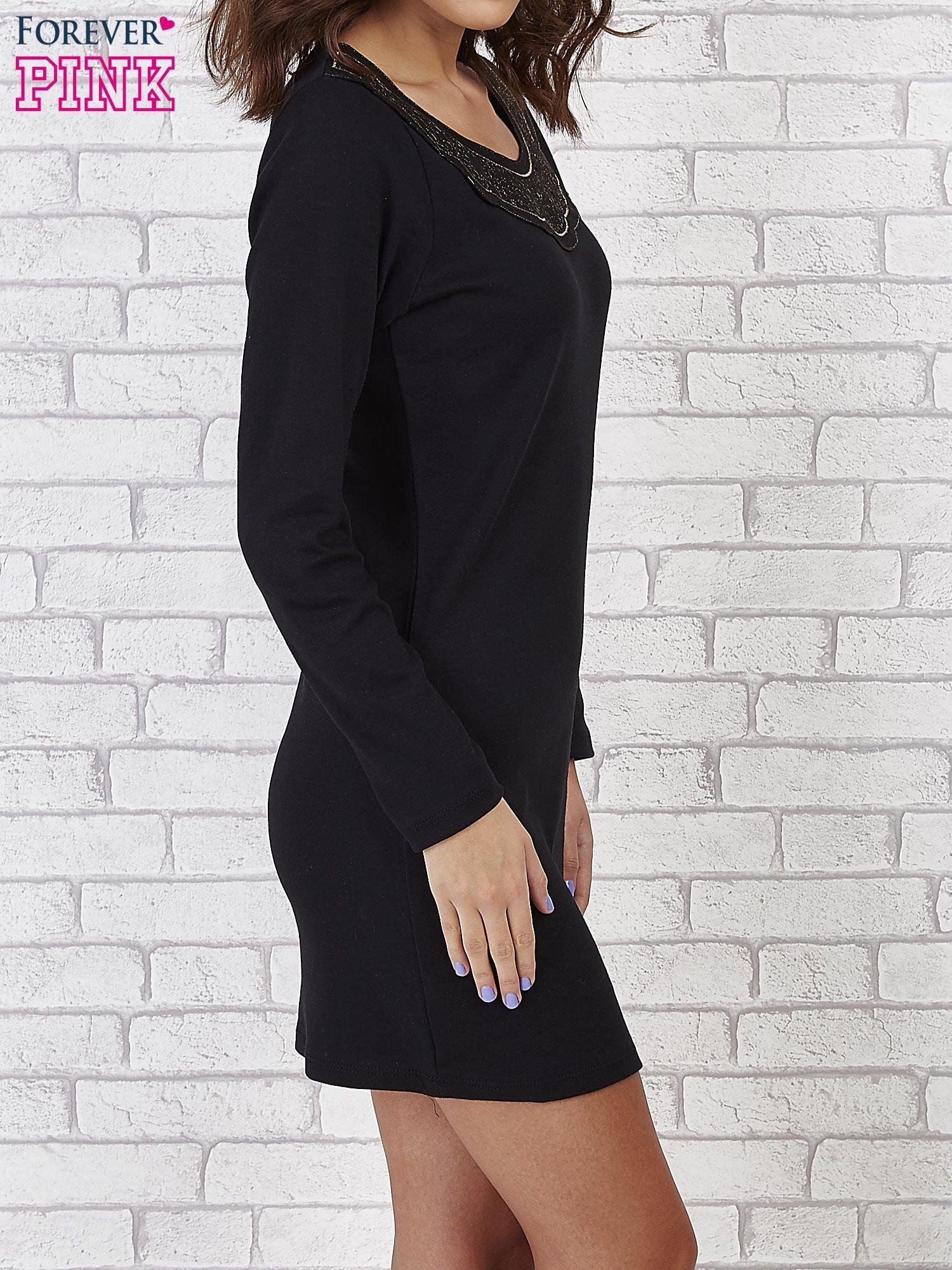 Czarna prosta sukienka z koronkowym dekoltem                                  zdj.                                  2