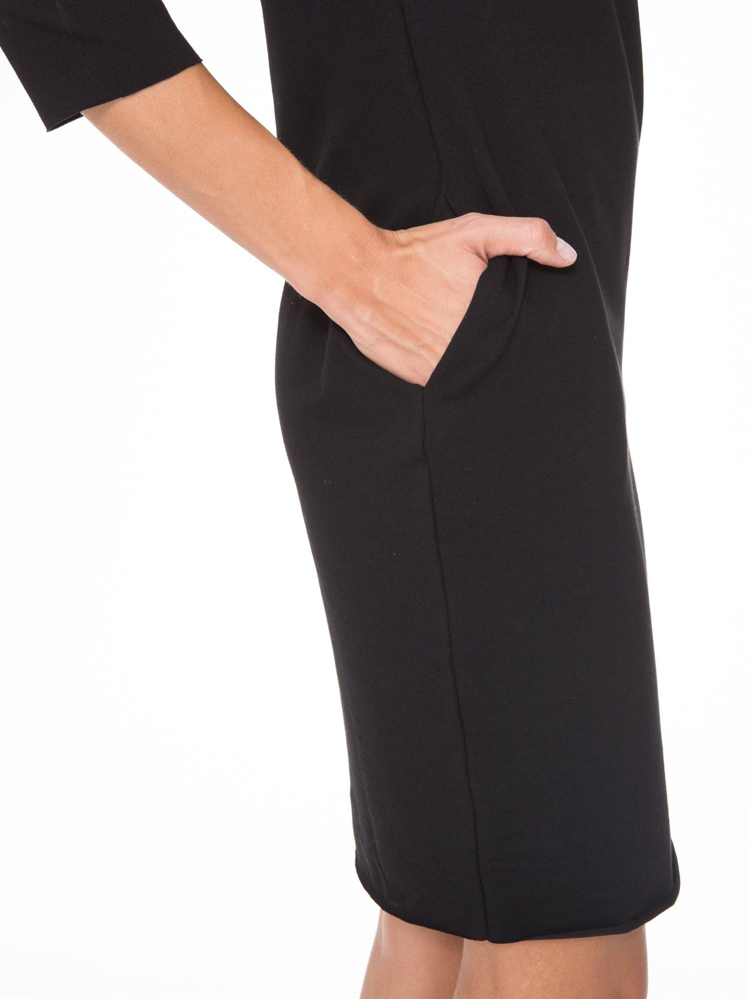 Czarna prosta sukienka z surowym wykończeniem i kieszeniami                                  zdj.                                  7