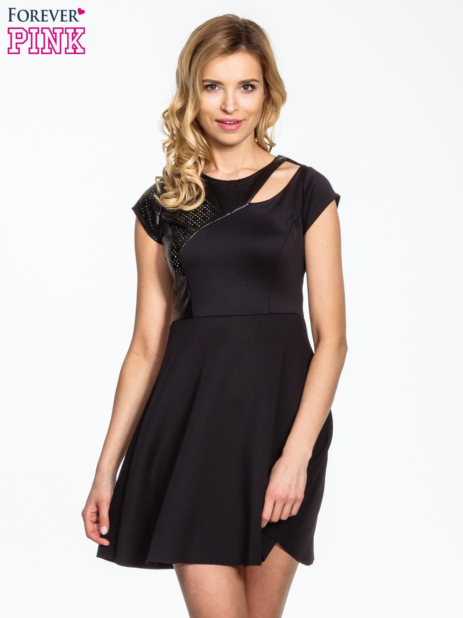 Czarna rozkloszowana sukienka z asymetrycznym wycięciem na dekolcie                                  zdj.                                  1
