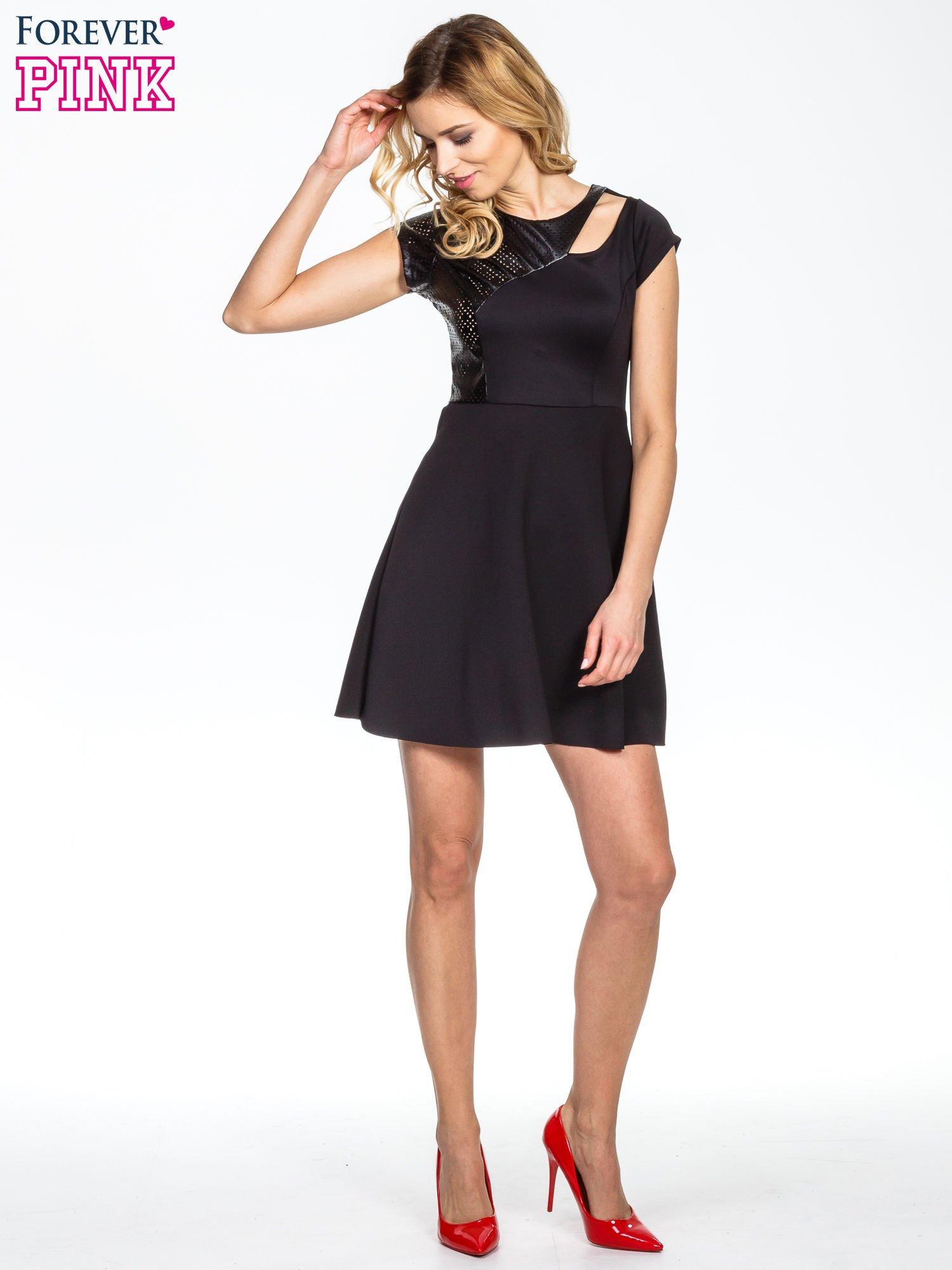 Czarna rozkloszowana sukienka z asymetrycznym wycięciem na dekolcie                                  zdj.                                  2