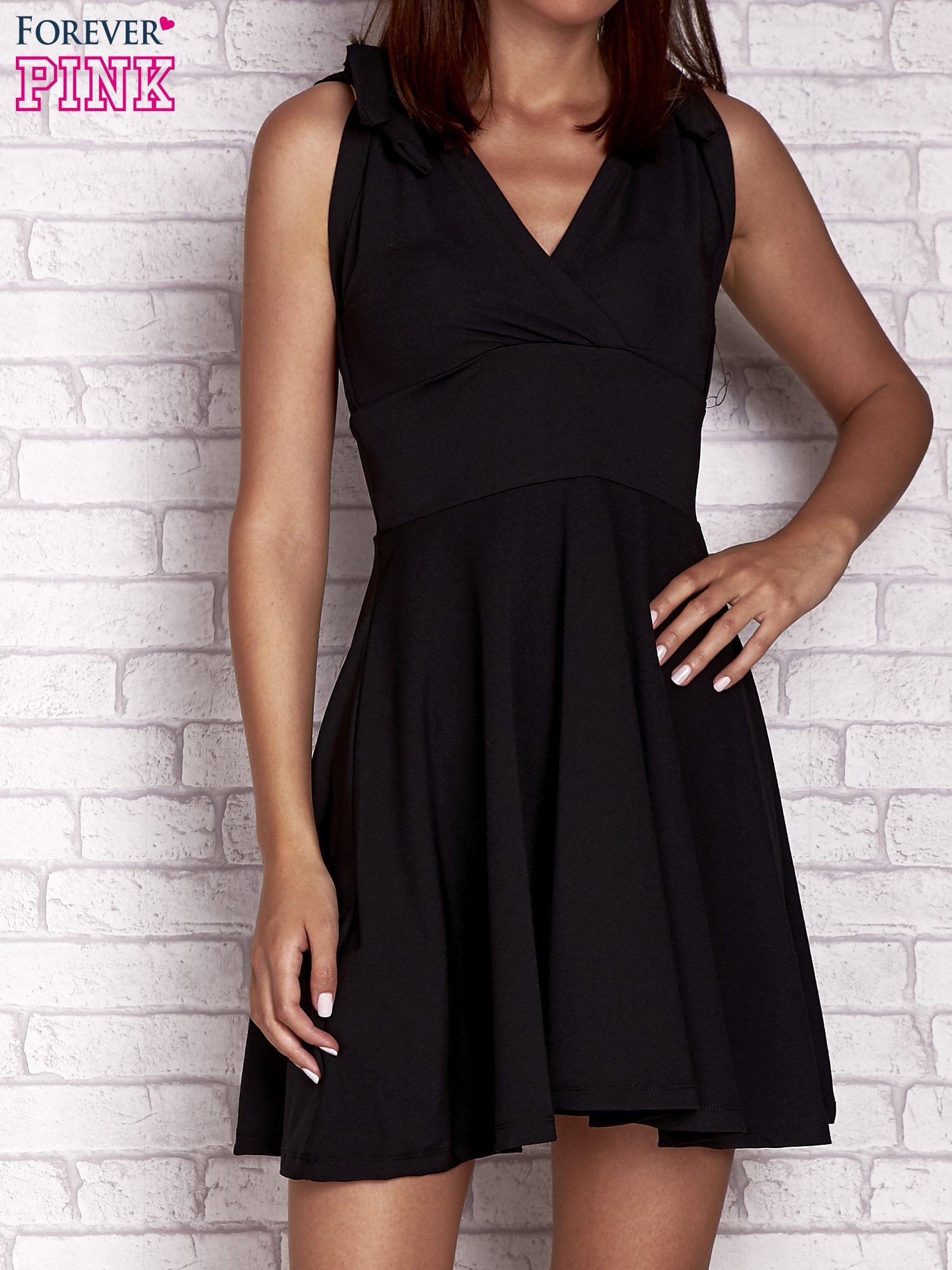 Czarna rozkloszowana sukienka z głębokim dekoltem V                                  zdj.                                  1