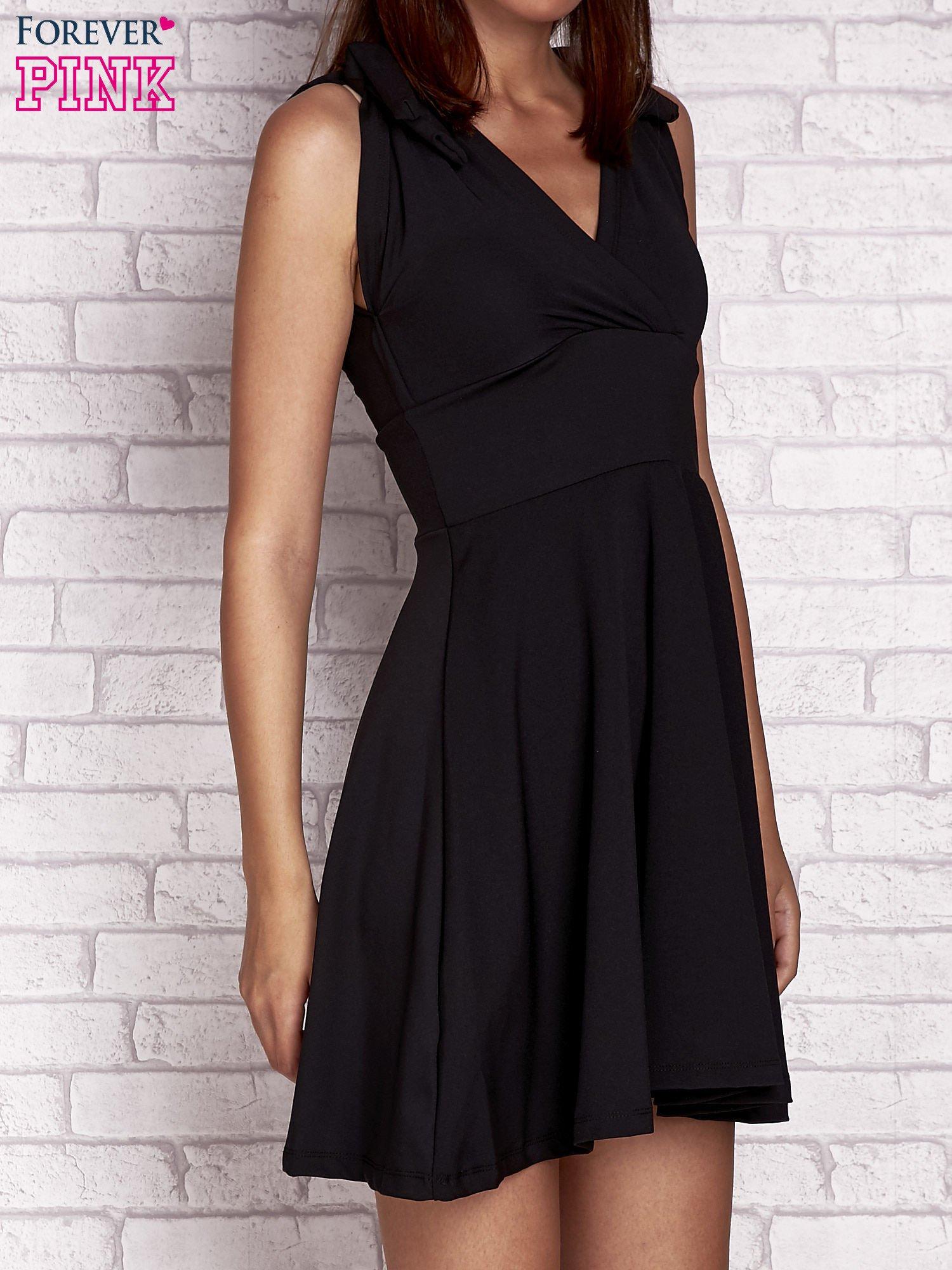Czarna rozkloszowana sukienka z głębokim dekoltem V                                  zdj.                                  3