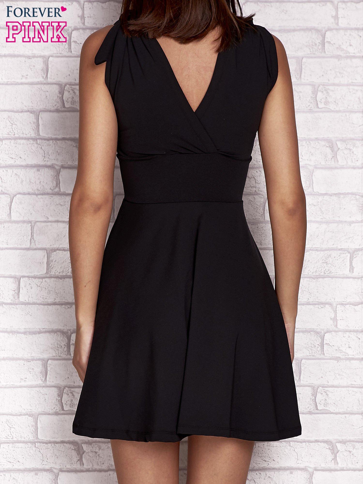 Czarna rozkloszowana sukienka z głębokim dekoltem V                                  zdj.                                  4