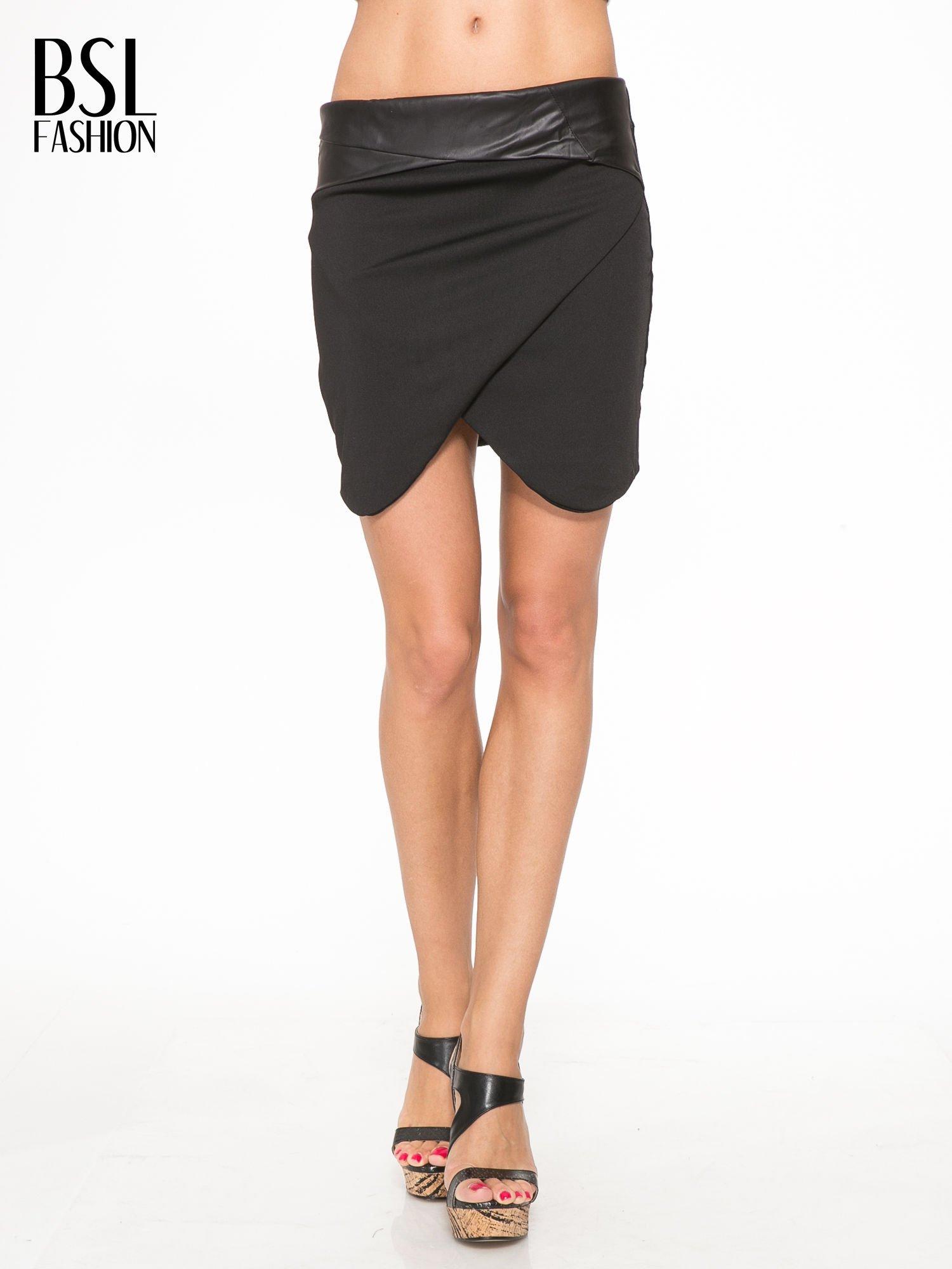 Czarna spódnica kopertowa ze skórzanym pasem                                  zdj.                                  1
