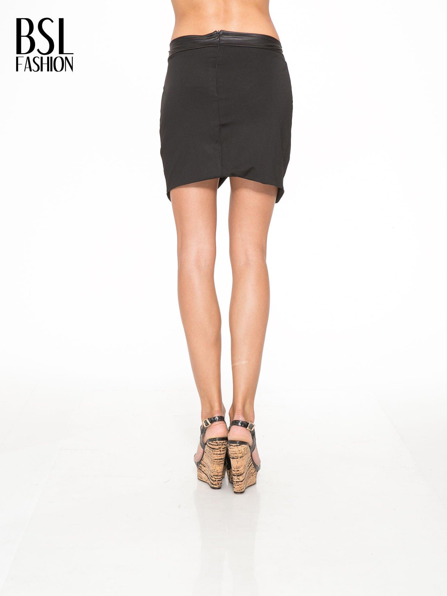 Czarna spódnica kopertowa ze skórzanym pasem                                  zdj.                                  4