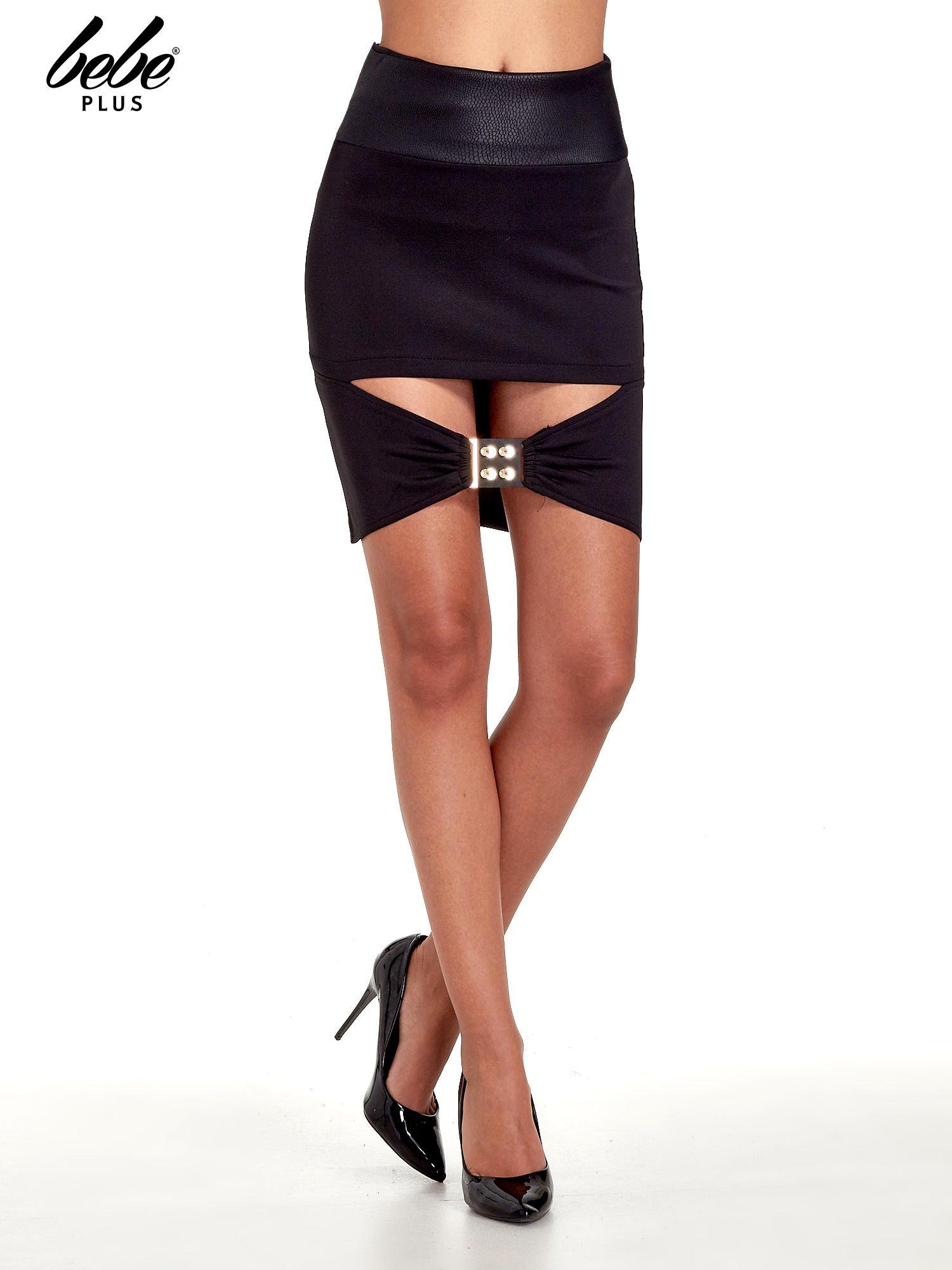 Czarna spódnica mini ze złotą klamrą                                  zdj.                                  1