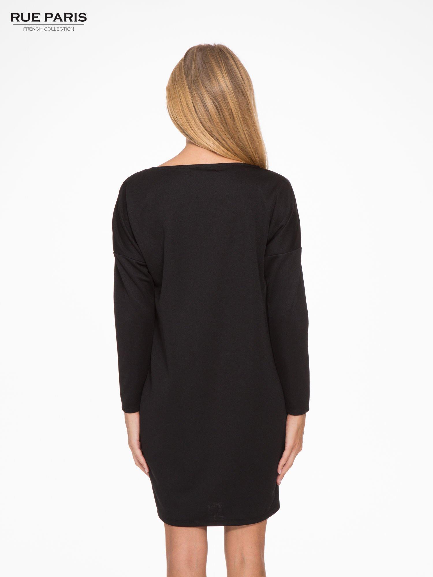 Czarna sukienka oversize z obniżoną linią ramion                                  zdj.                                  4