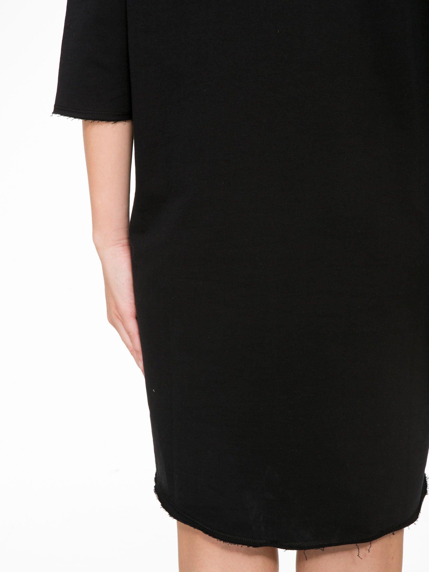 Czarna sukienka oversize z surowym wykończeniem                                  zdj.                                  9