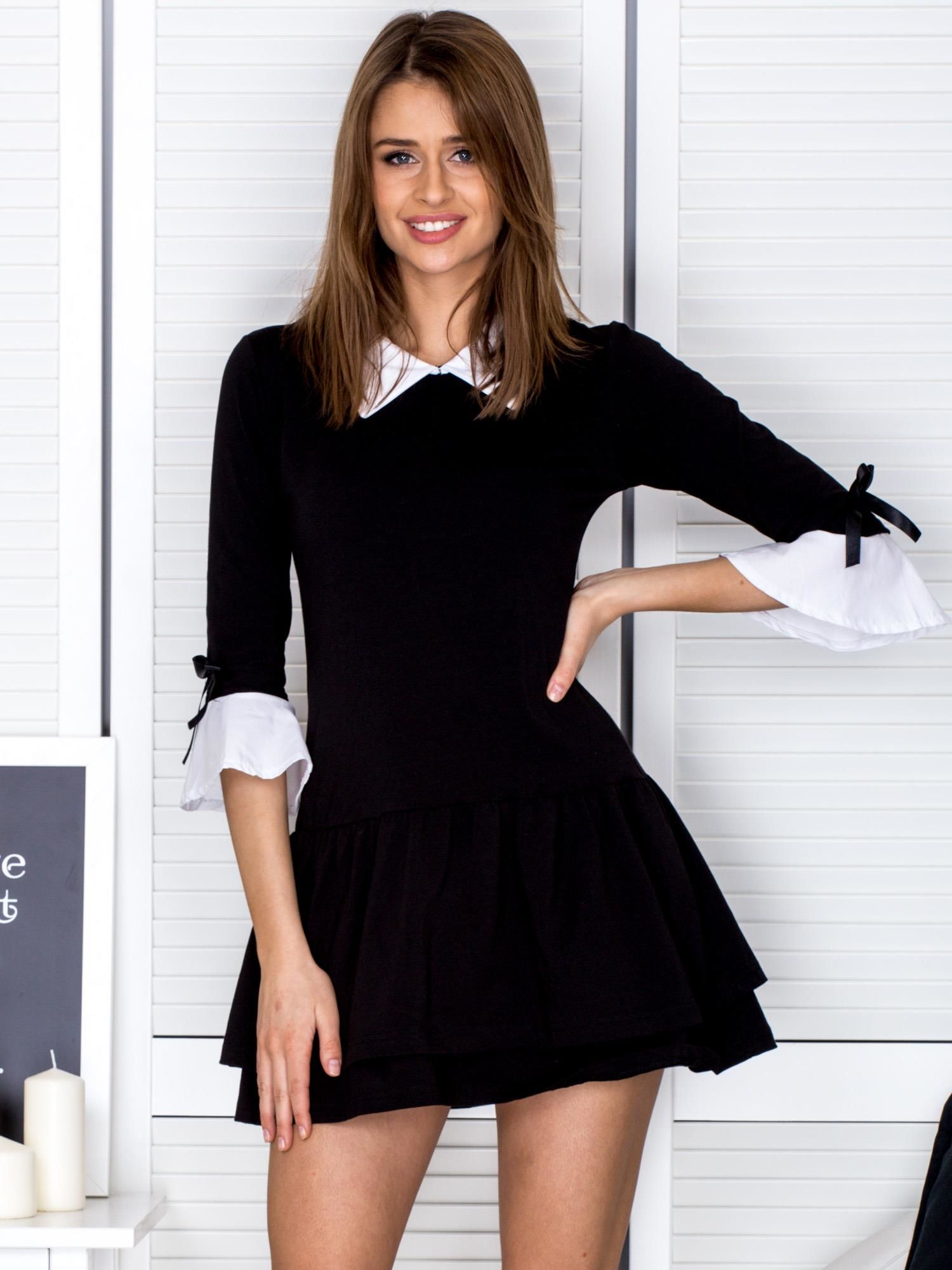 43e2ee1a31 Czarna sukienka z kołnierzykiem i kokardkami - Sukienka z falbaną ...