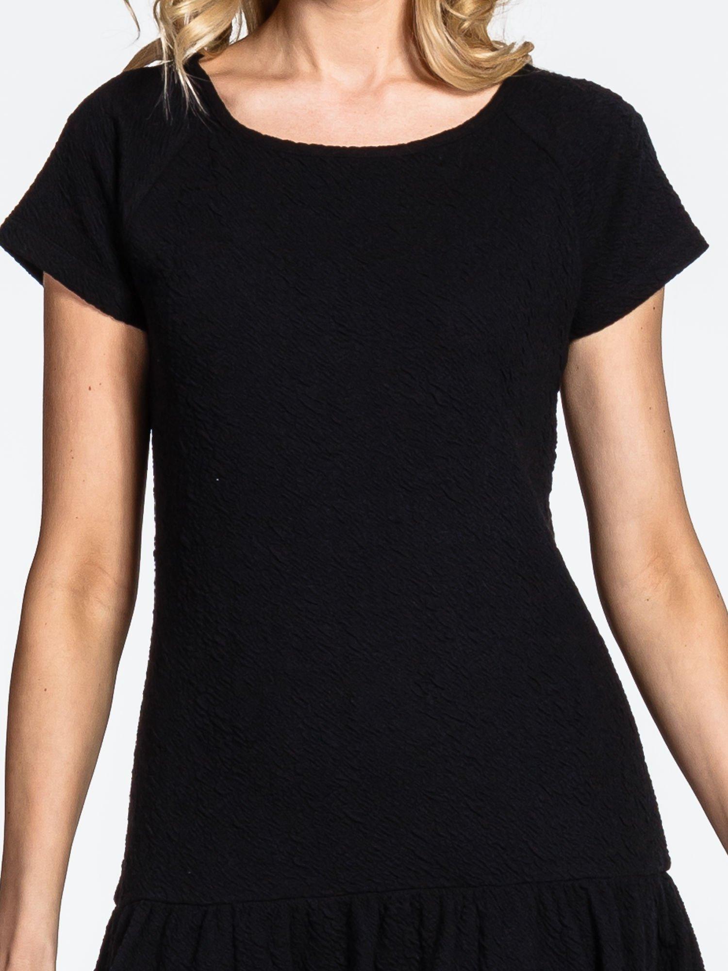 Czarna sukienka z obniżoną talią i falbaną na dole                                  zdj.                                  4