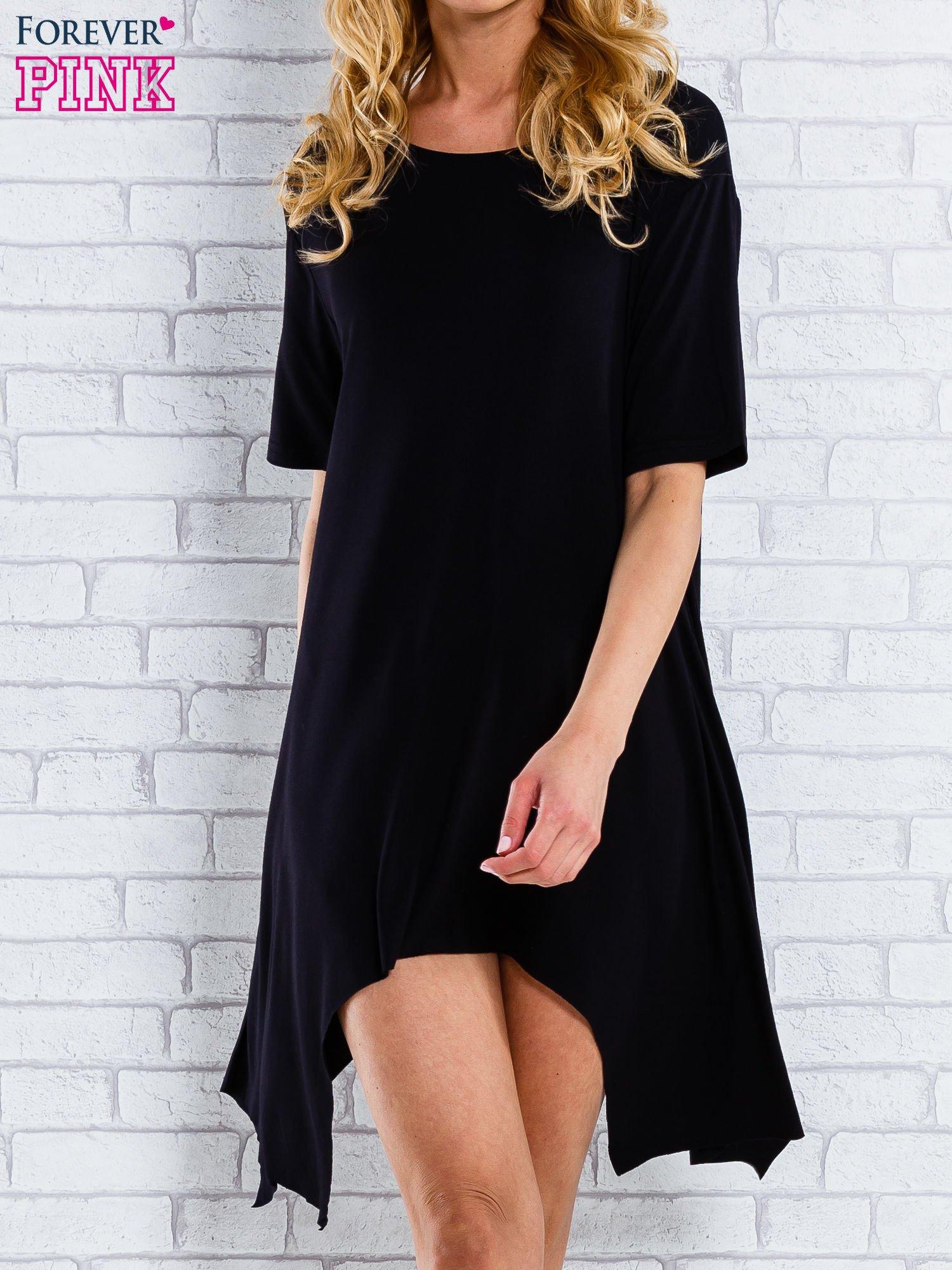 Czarna sukienka z wydłużanymi bokami                                  zdj.                                  1