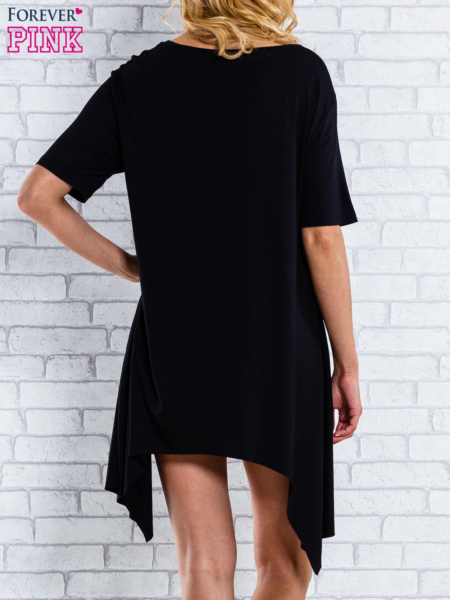 Czarna sukienka z wydłużanymi bokami                                  zdj.                                  4