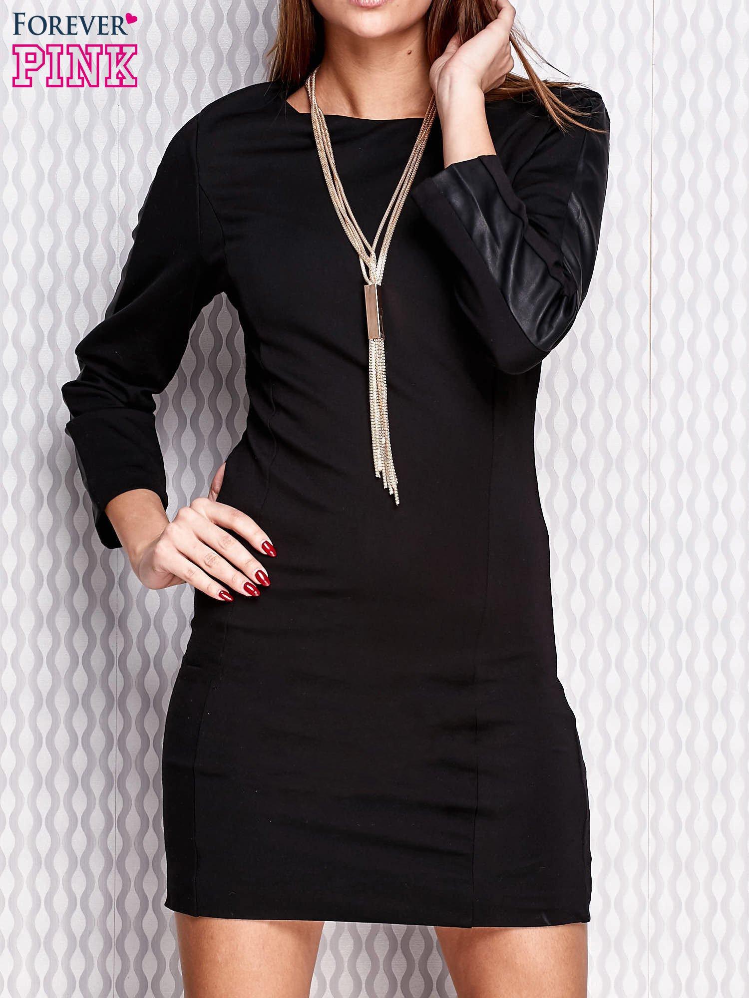 Czarna sukienka ze skórzanymi wstawkami na rękawach                                   zdj.                                  1