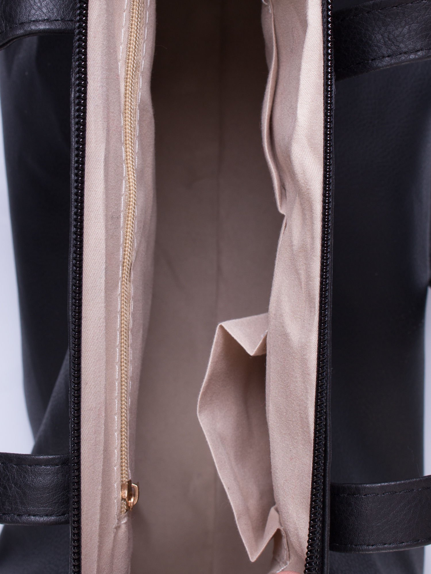Czarna torba na ramię ze złotym emblematem                                  zdj.                                  5