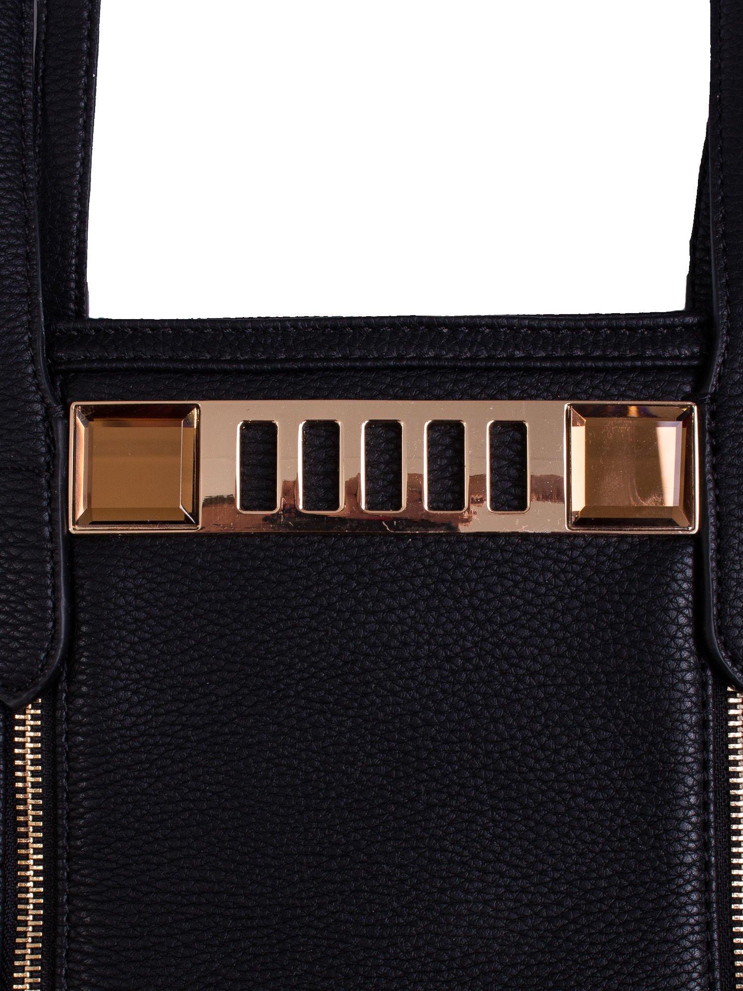 Czarna torba ze złoceniami i asymetrycznym pikowaniem po bokach                                  zdj.                                  5
