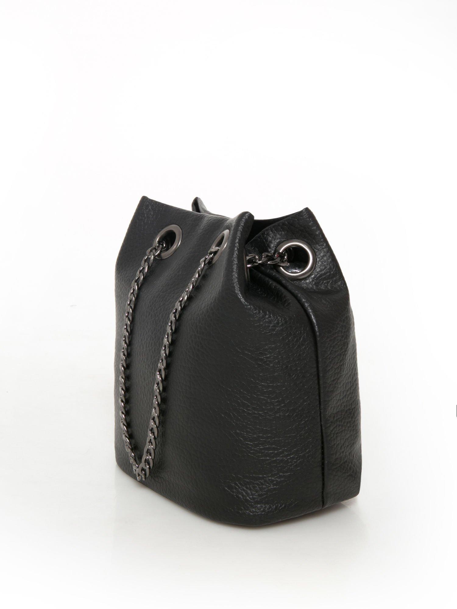 295f1ddcb27f4 Czarna torebka typu worek na łańcuszku - Akcesoria torba - sklep eButik.pl